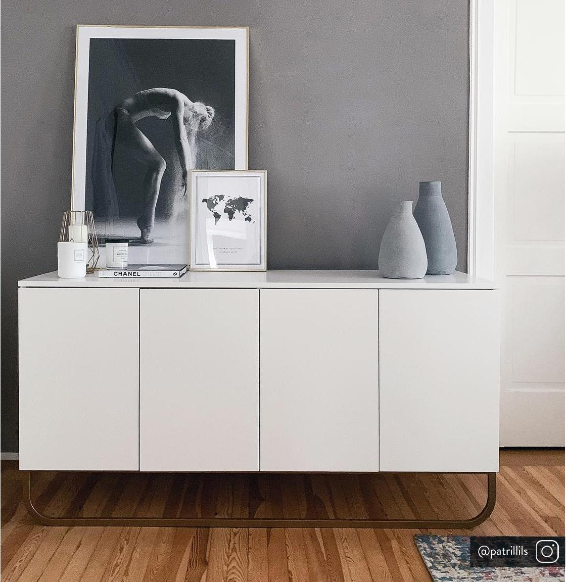 Klasická skříňka Sanford, Konstrukce: matná bílá Podstava: matná zlatá