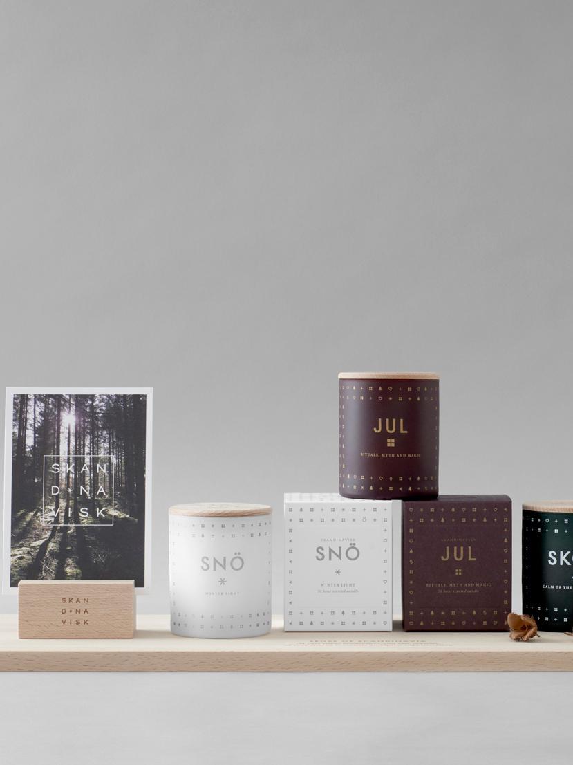 Geurkaars Jul (peperkoek, honing & kruidnagel), Houder: glas, Deksel: beukenhout, Bordeauxrood. Deksel: beukenhoutkleurig, Ø 8 x H 9 cm