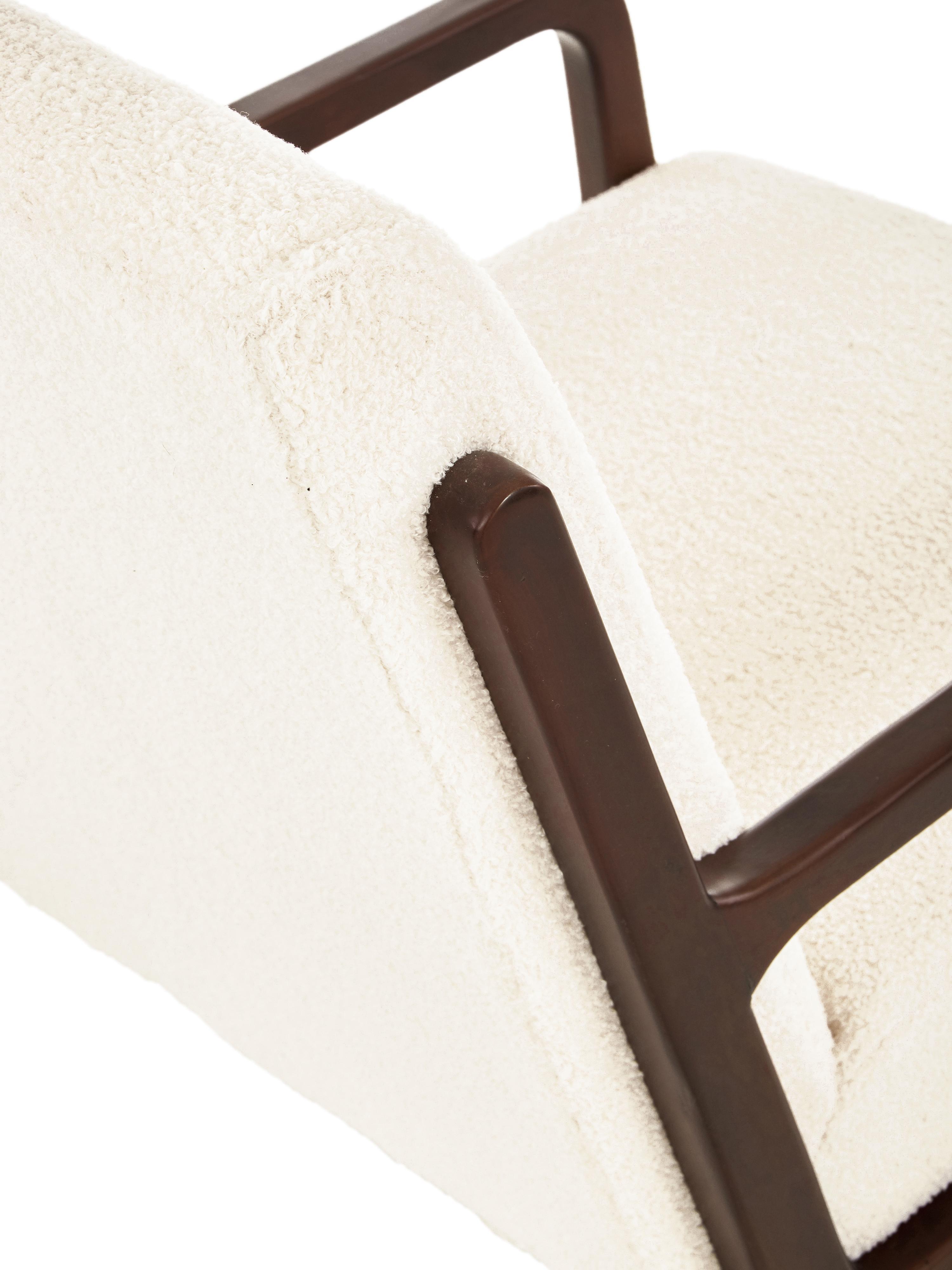 Sedia a poltrona in tessuto teddy con braccioli in legno Naja, Rivestimento: poliestere (pelliccia sin, Struttura: legno di quercia massicci, Peluche bianco crema, Larg. 76 x Prof. 67 cm