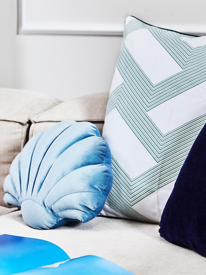 Sametový polštář Shell, Světle modrá