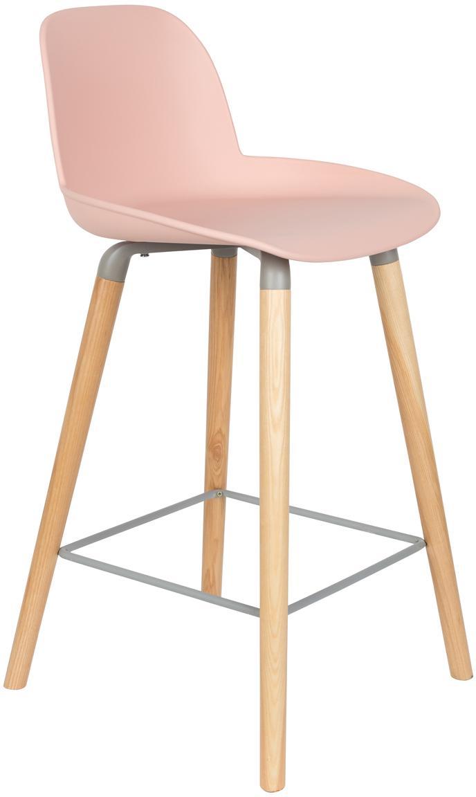Design barstoel Albert Kuip, Zitvlak: polypropyleen, Poten: essenhout, Frame: aluminium, Zitvlak: roze. Poten: essenhoutkleurig. Frame en voetsteun: grijs, 45 x 89 cm