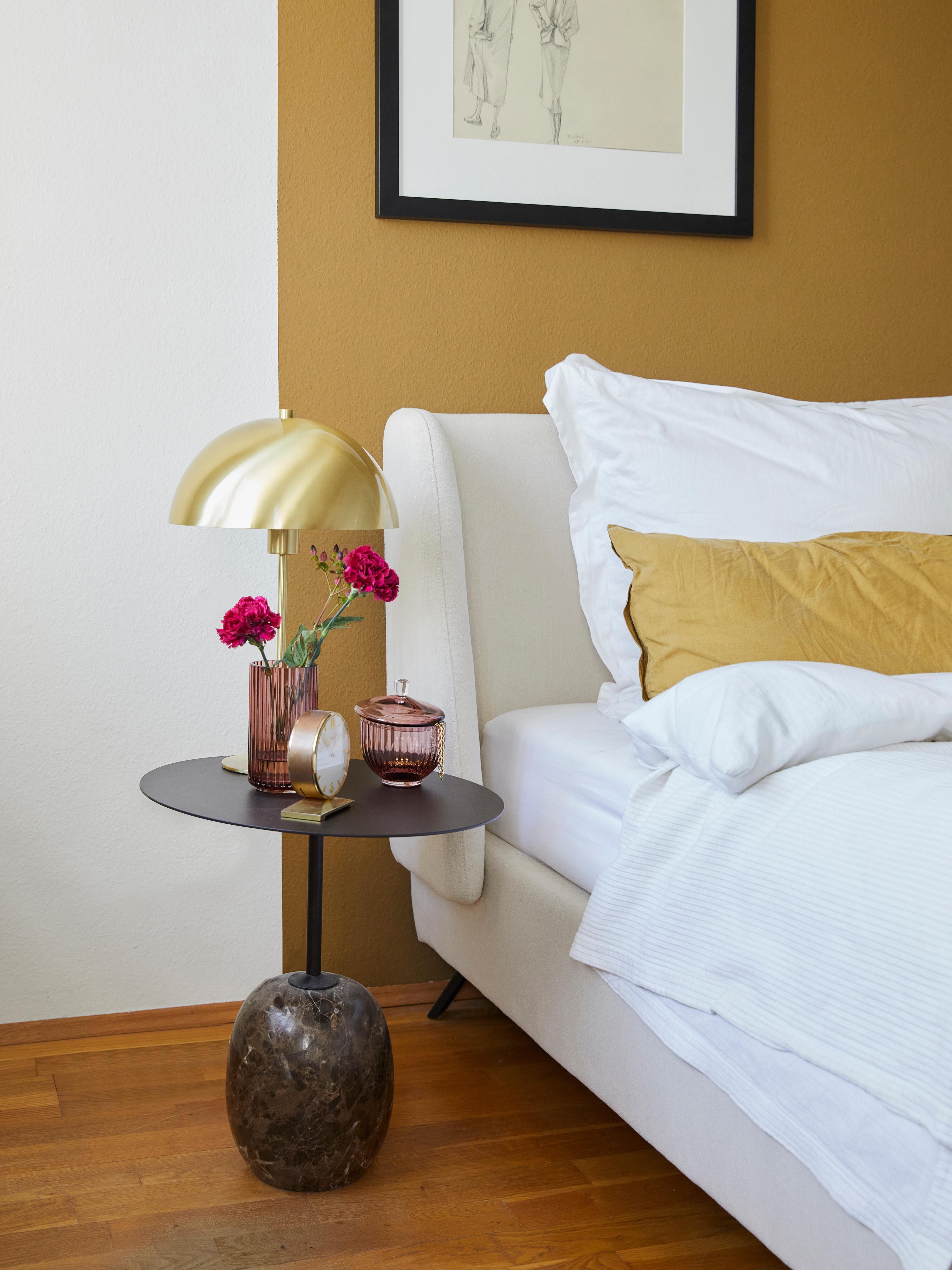 Gestoffeerd bed Madonna, Frame: massief grenenhout, Poten: gepoedercoat metaal, Bekleding: polyester (gestructureerd, Bekleding: beige. Poten: mat zwart, 160 x 200 cm