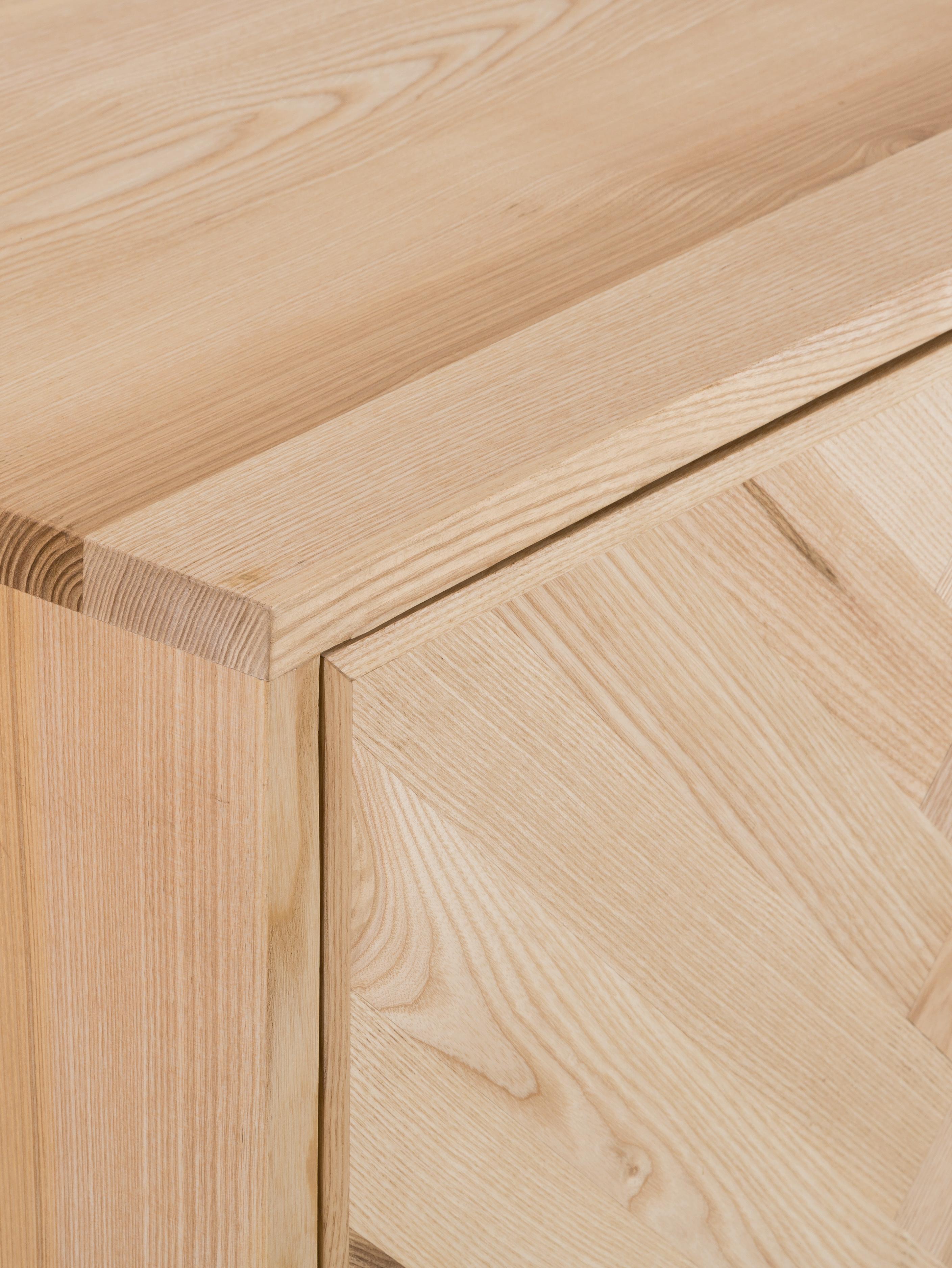 Dressoir Leif van massief hout, Frame: gelakt massief essenhout, Handvatten: gecoat metaal, Poten: gepoedercoat metaal, Essenhoutkleurig, 177 x 75 cm
