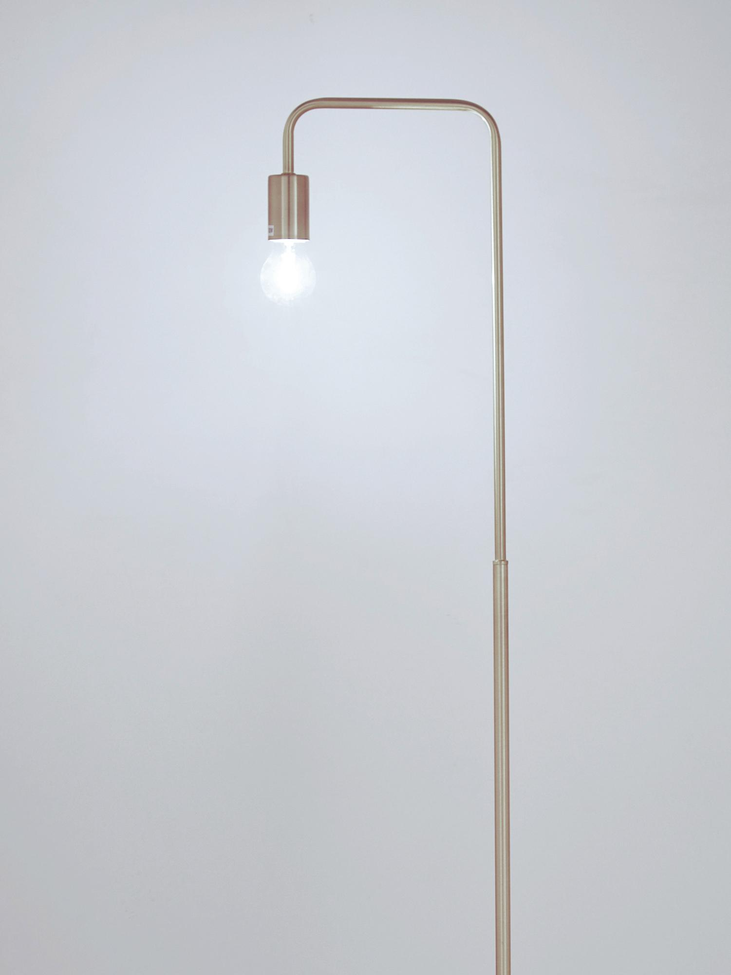 Lampada da terra dorata Flow, Ottone spazzolato, Larg. 33 x Alt. 154 cm