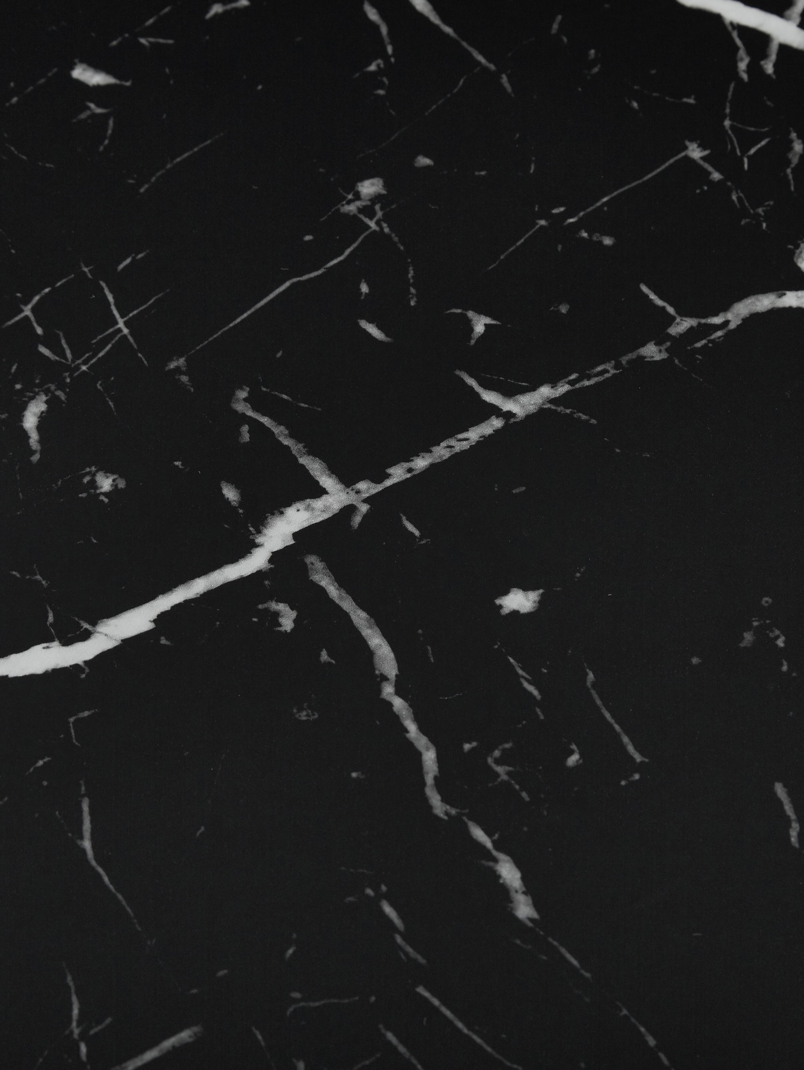 Runder Esstisch Karla in Marmoroptik, Tischplatte: Mitteldichte Holzfaserpla, Tischplatte: Schwarz, marmoriert Tischbein: Schwarz, matt, Ø 90 x H 75 cm