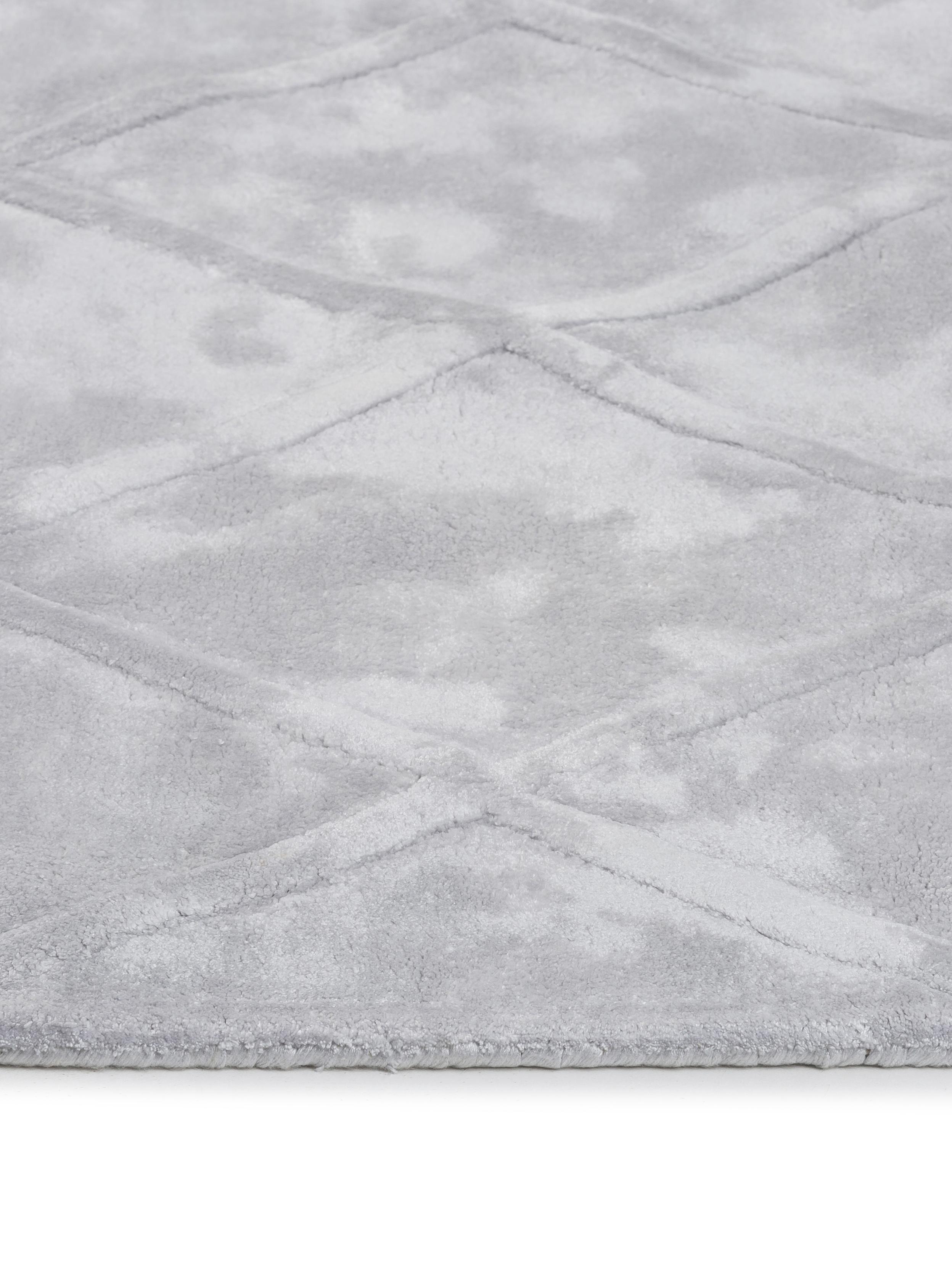 Tappeto in viscosa taftato a mano Madeleine, Vello: 100% viscosa, Retro: 100% cotone, Grigio argento brillante, Larg. 200 x Lung. 300 cm (taglia L)