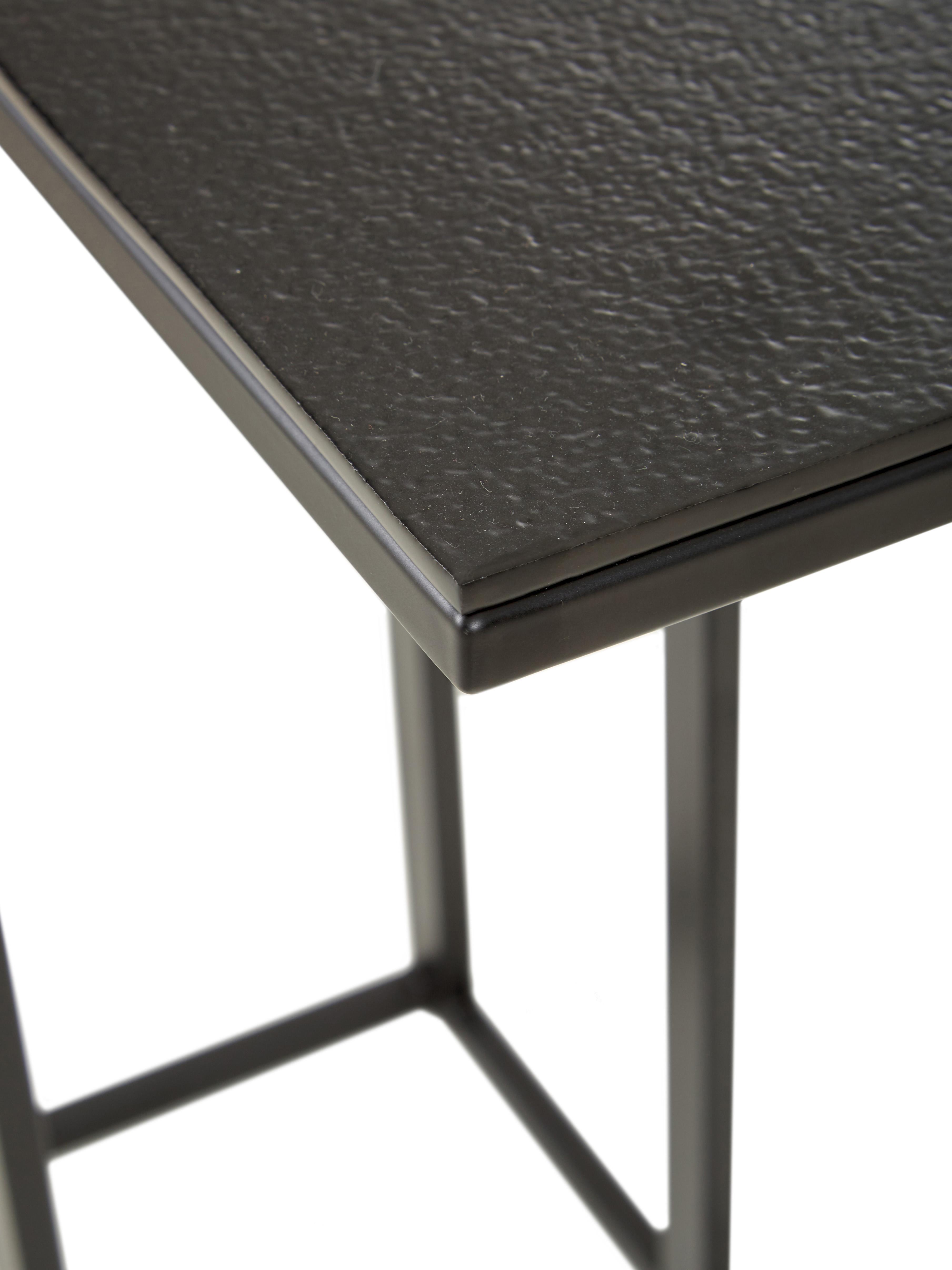 Tavolino industrial in metallo Edge, Piano d'appoggio: alluminio rivestito, Struttura: metallo verniciato a polv, Piano d'appoggio: nero Struttura: nero opaco, Larg. 43 x Alt. 52 cm