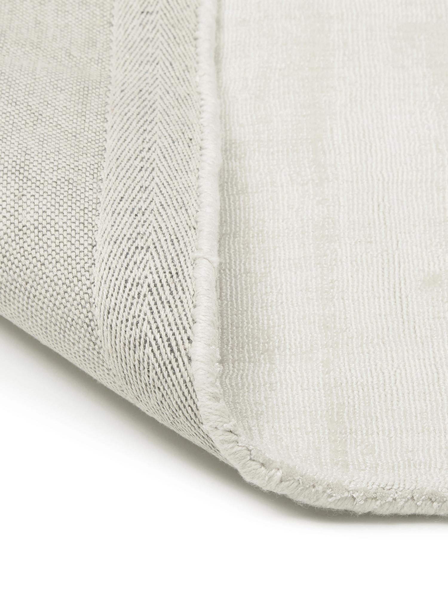 Alfombra artesanal de viscosa Jane, Parte superior: 100%viscosa, Reverso: 100%algodón, Marfil, An 90 x L 150 cm (Tamaño XS)