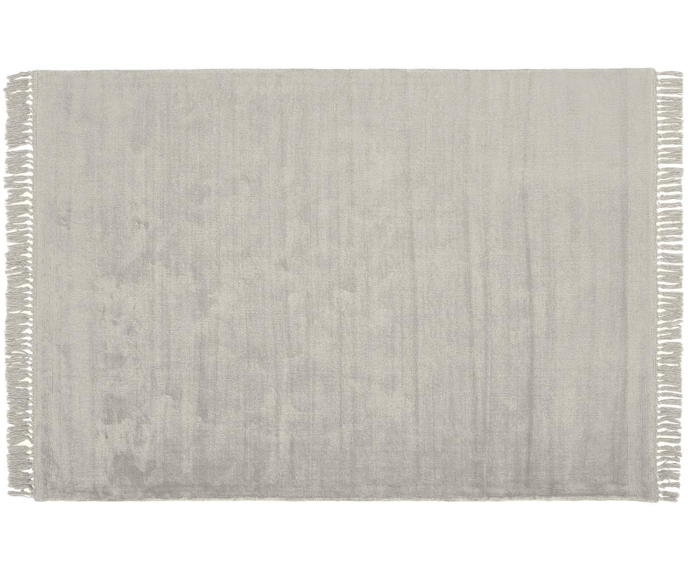 Handgeweven viscose vloerkleed Aria met franjes in grijs, Bovenzijde: 100% viscose, Onderzijde: 100% katoen, Lichtgrijs, B 160 x L 230 cm (maat M)