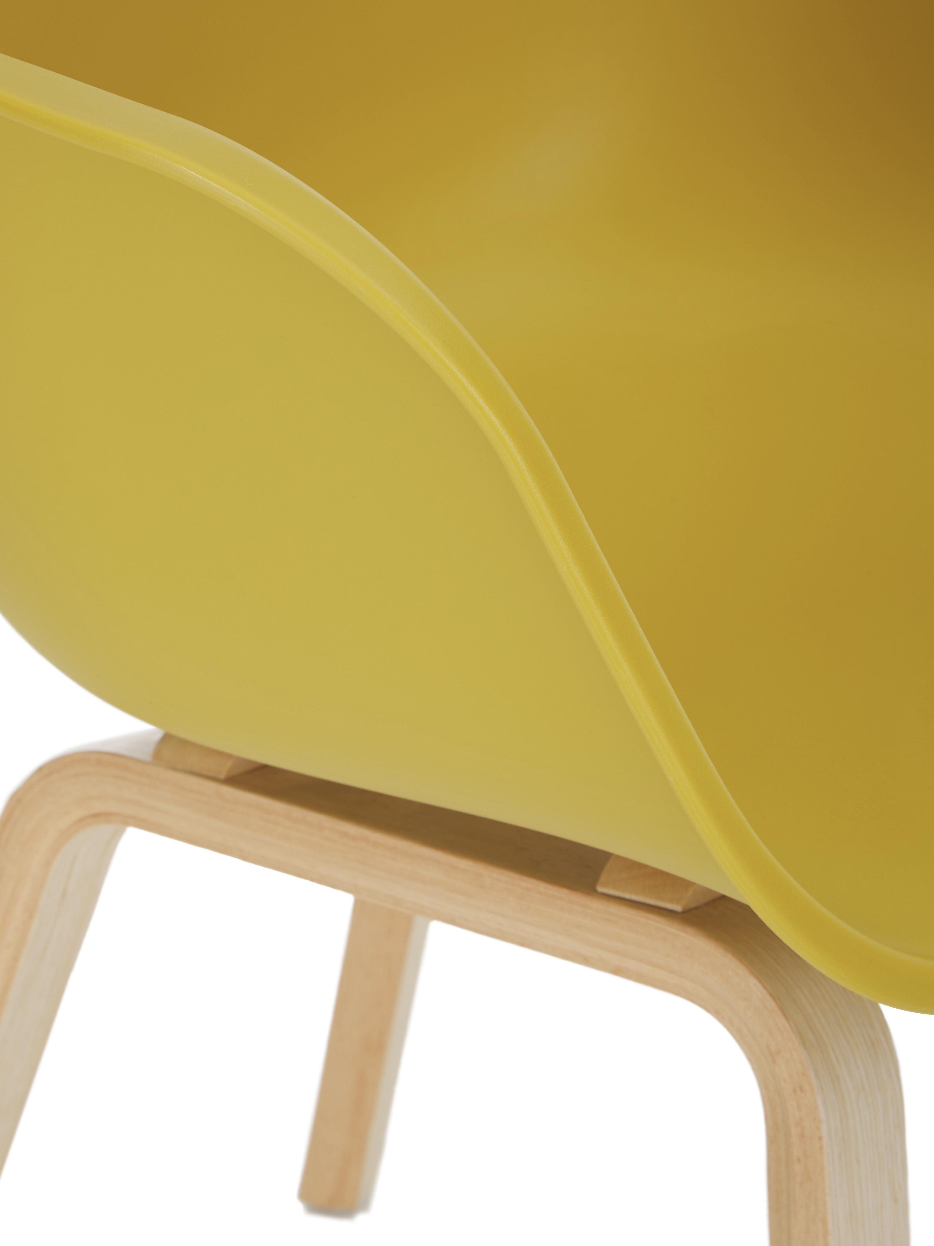 Kunststoffen armstoel Claire met houten poten, Zitvlak: kunststof, Poten: beukenhout, Zitvlak: geel. Poten: beukenhoutkleurig, B 54 x D 60 cm