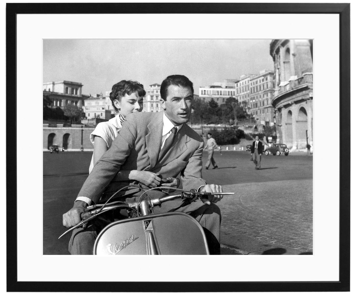Gerahmter Fotodruck Roman Holiday with Peck and Hepburn, Bild: Fuji Crystal Archive Papi, Rahmen: Holz, lackiert, Front: Plexiglas, Bild: Schwarz, Weiß Rahmen: Schwarz, 50 x 40 cm