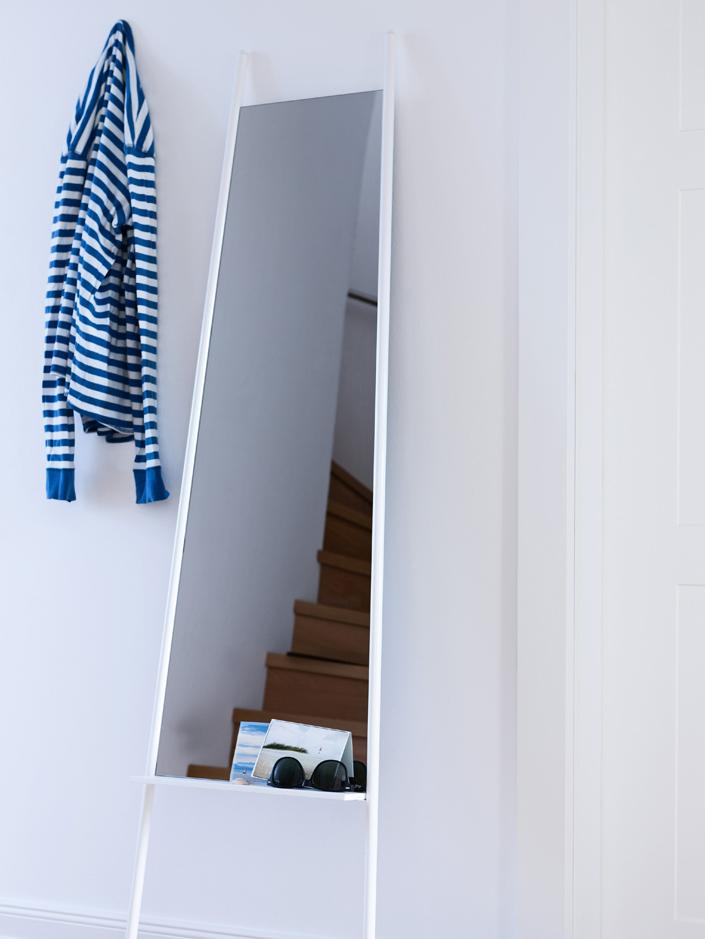 Eckiger Anlehnspiegel Dresser  mit Ablage, Rahmen: Metall, Holzfüße, Spiegelfläche: Spiegelglas, Weiß, Spiegelglas, 48 x 171 cm