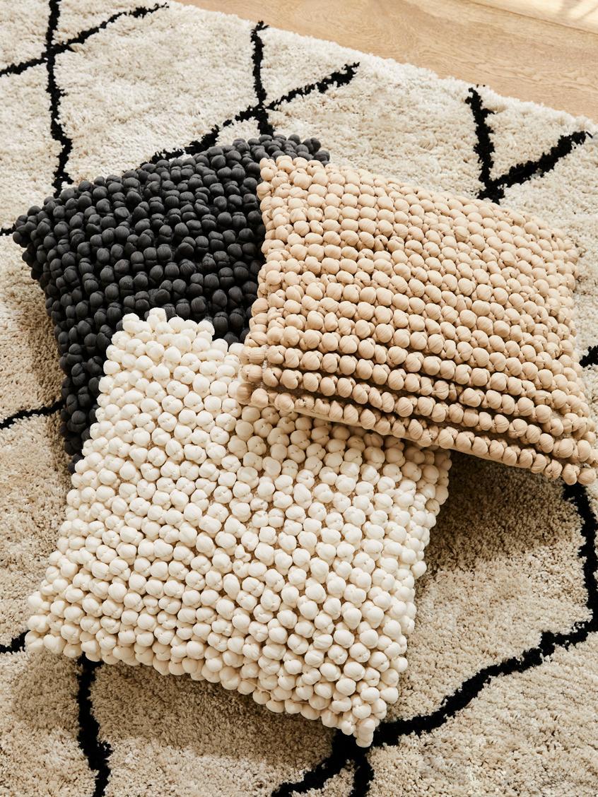 Kissenhülle Iona mit kleinen Stoffkugeln in Cremeweiß, Vorderseite: 70% Polyester, 30% Baumwo, Rückseite: Baumwolle, Cremeweiß, 45 x 45 cm