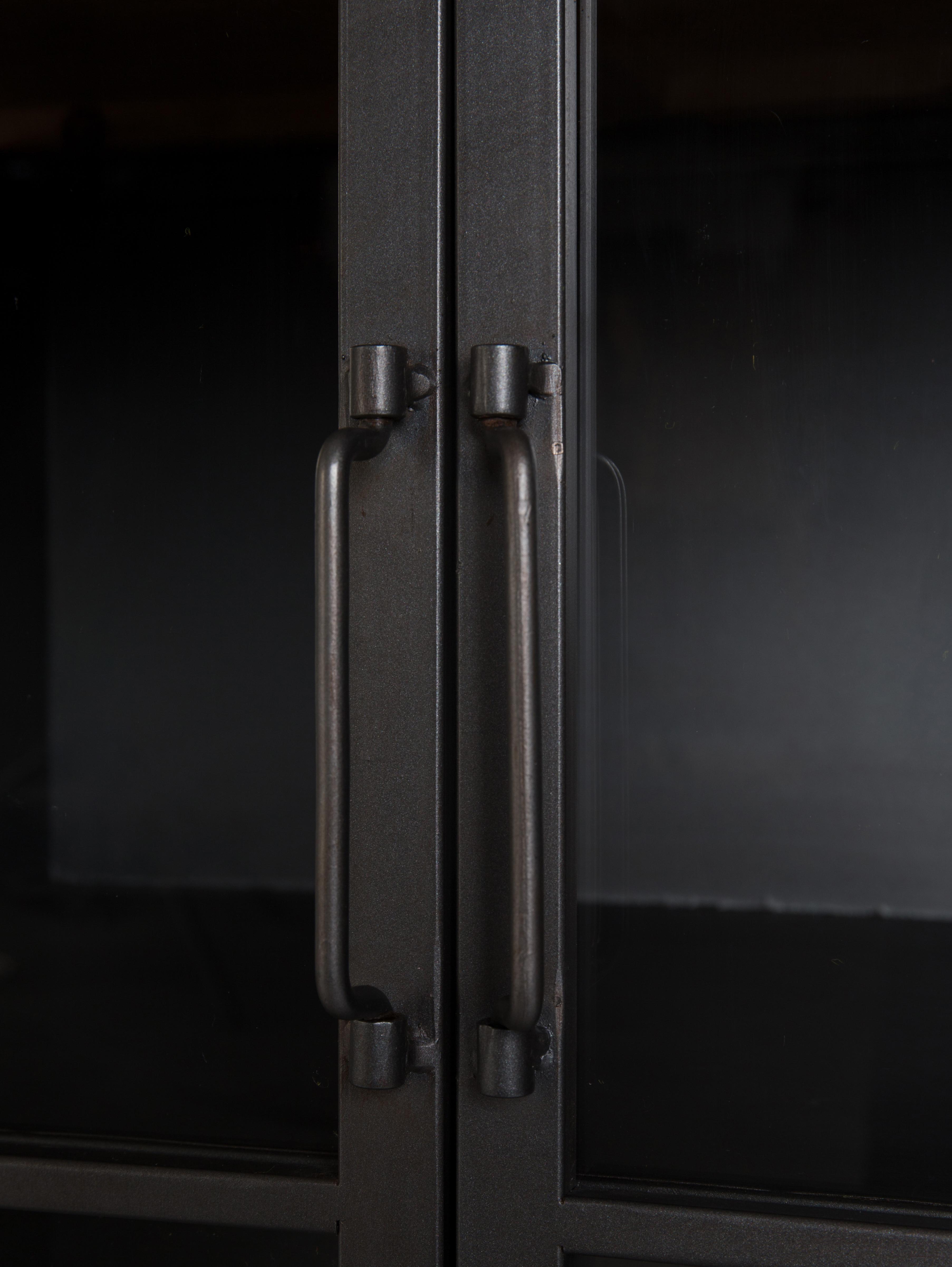 Kommode Damian aus Holz und Metall, Schrankboden, Gestell, Griffe, Füße: GrauSchubladen: Tannenholz, 113 x 75 cm