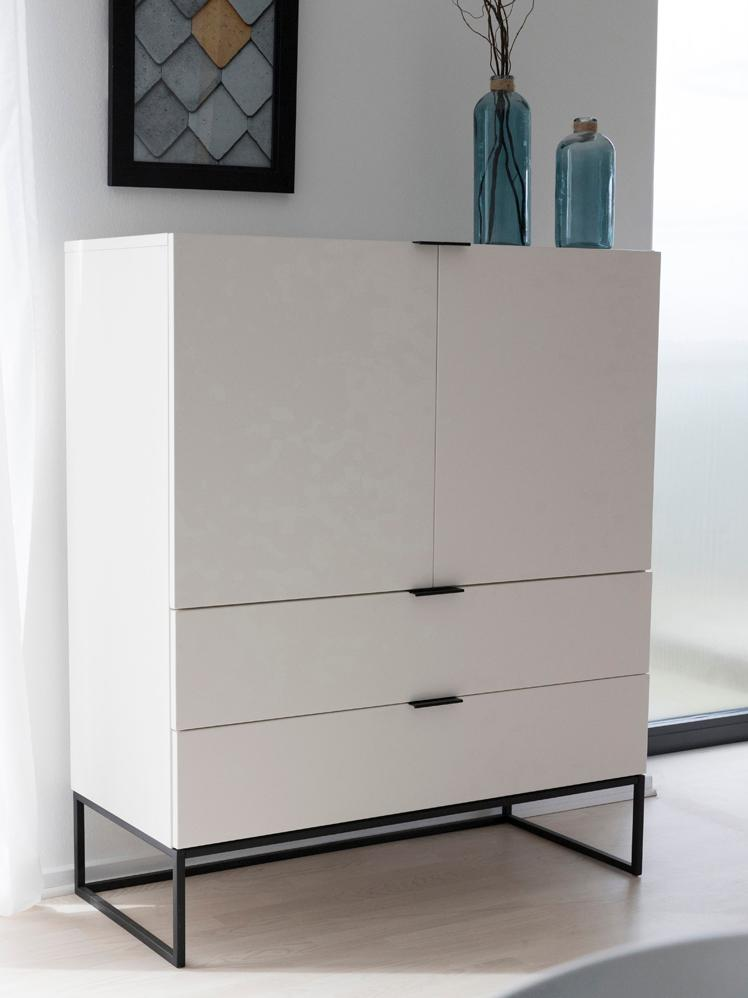 Credenza alta bianca Kobe, Struttura e maniglie: acciaio verniciato opaco, Corpo: bianco opaco Struttura e maniglie: nero opaco, Larg. 100 x Alt. 120 cm