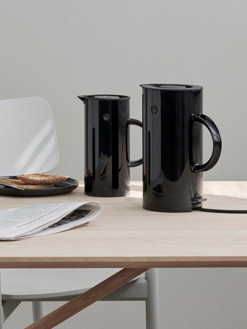 Wasserkocher EM77 in Schwarz glänzend, Gehäuse: Metall, beschichtet, Schwarz, 1,5 L