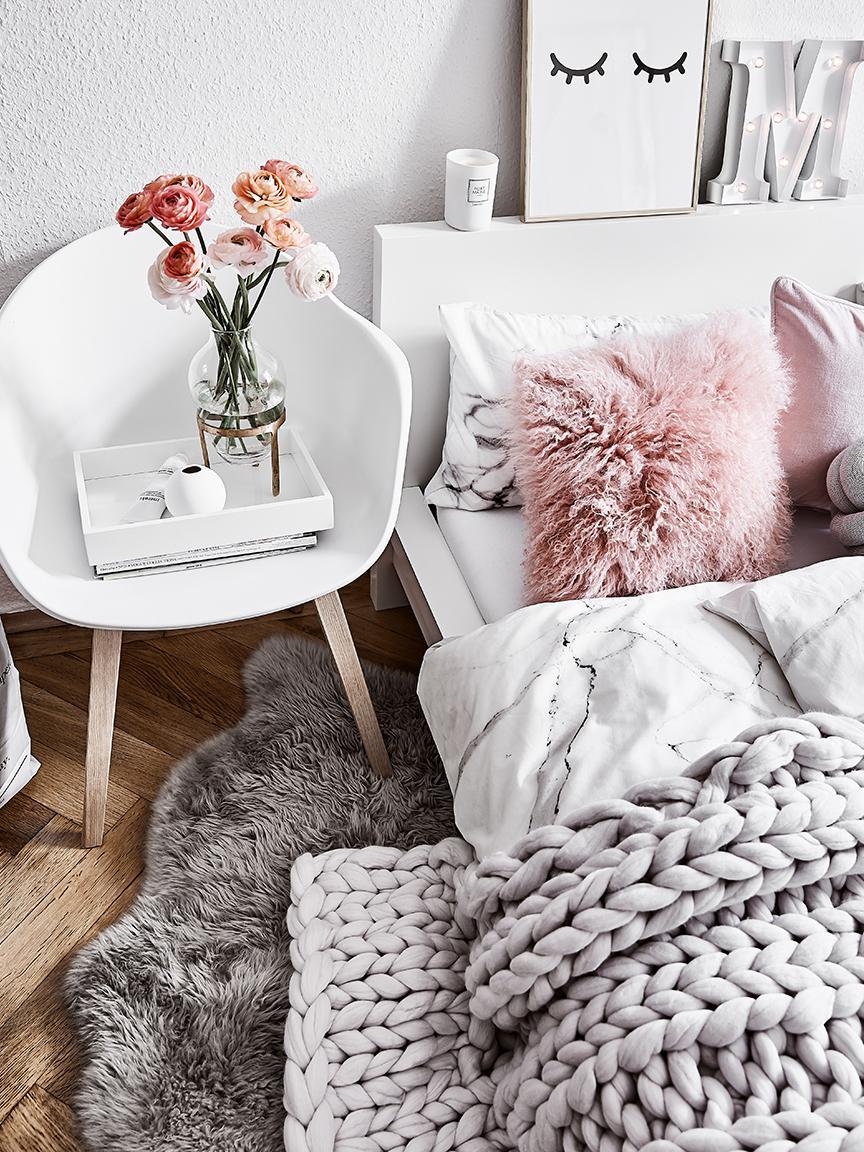 Sedia con braccioli e gambe in legno Claire, Seduta: materiale sintetico, Gambe: legno di faggio, Seduta: bianco Gambe: legno di faggio, Larg. 54 x Prof. 60 cm