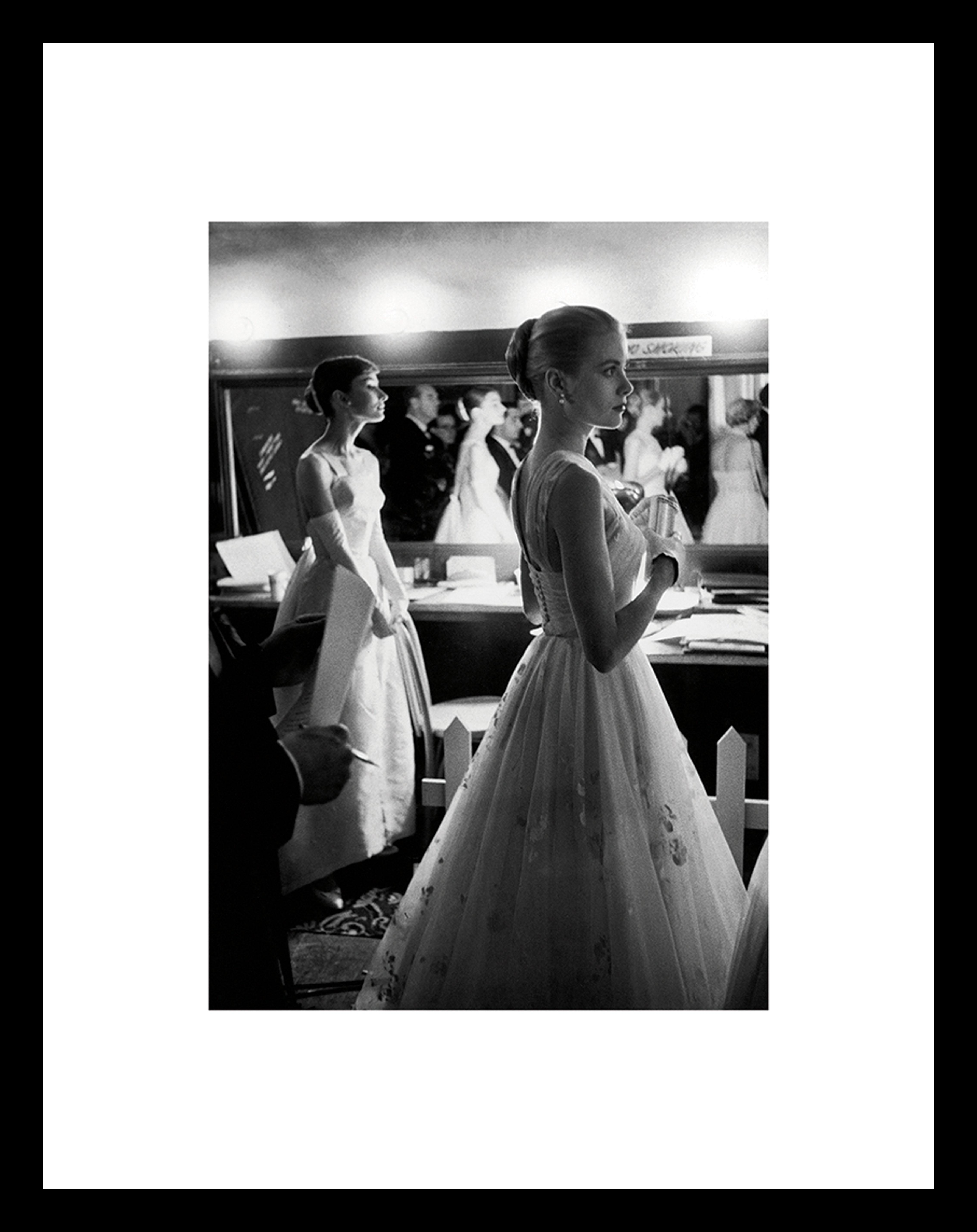 Gerahmter Digitaldruck Grace Kelly & Audrey Hepburn, Bild: Digitaldruck auf Papier, Rahmen: Kunststoff (PU), Front: Glas, Rückseite: Mitteldichte Faserplatte , Bild: Schwarz, WeissRahmen: Schwarz, 35 x 45 cm