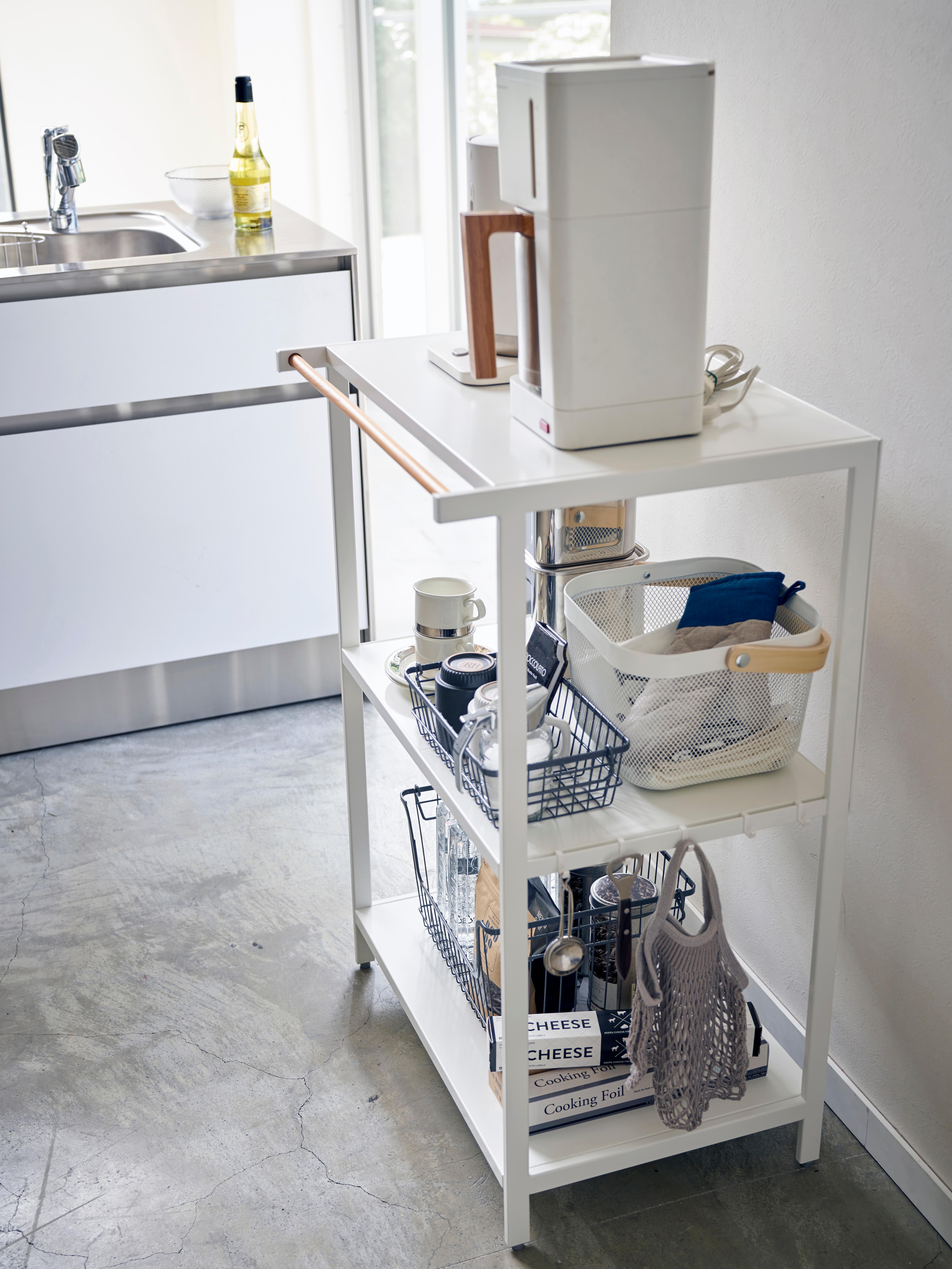 Kleines Metall-Standregal Killy in Weiß, Griff: Holz, Weiß, 60 x 90 cm