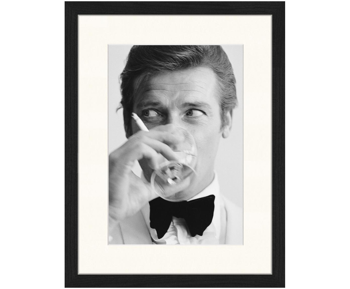 Impresión digital enmarcada James Bond Drinking, Negro, blanco, An 33 x Al 43 cm