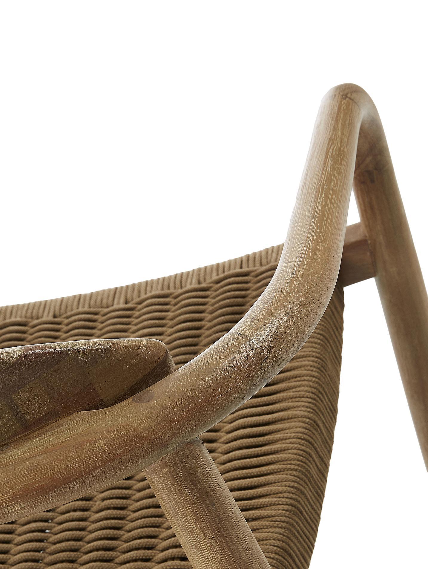 Armlehnstuhl Nina aus Massivholz, Gestell: Massives Eukalyptusholz, Sitzfläche: Polyester, UV-beständig, Braun, B 56 x T 53 cm