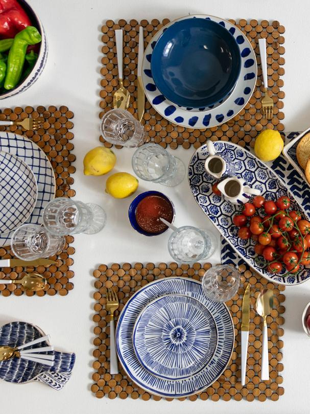 Gemustertes Geschirr-Set Masai in Blau/Weiß, 6 Personen (18-tlg.), Weiß, Blau, Dunkelblau, Rand: Gold, Sondergrößen