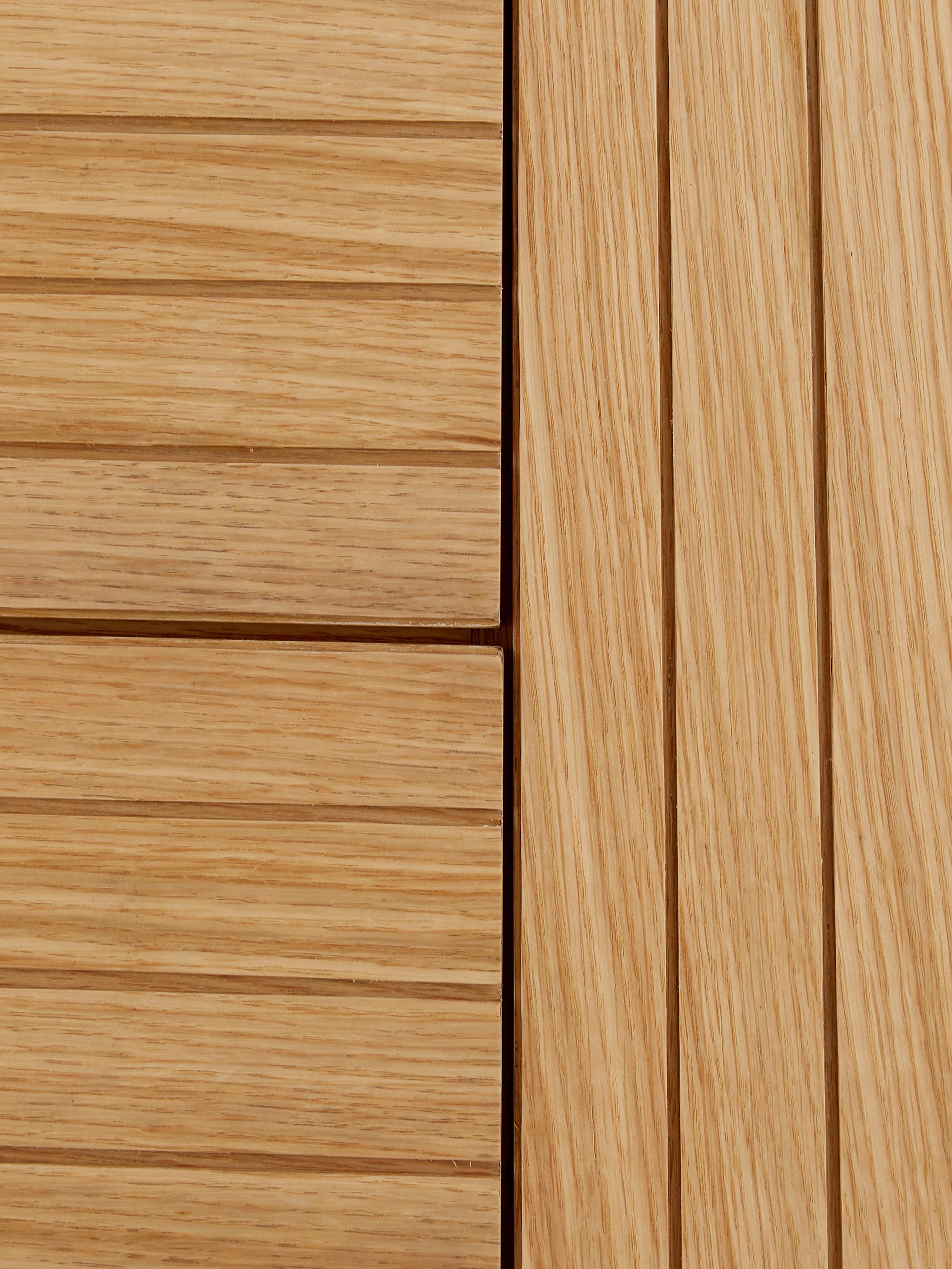 Moderní skříňka Johan, Konstrukce: dubová dýha Nohy: matná černá