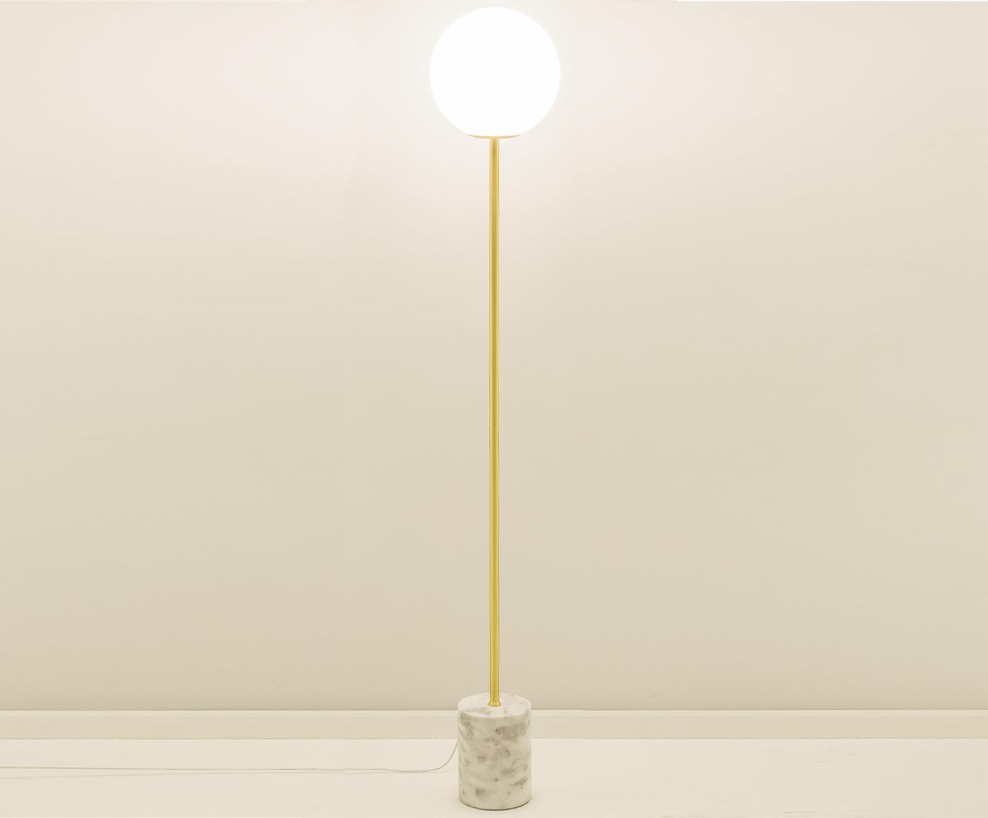 Vloerlamp Cory met marmeren voet, Lampenkap: glas, Lampvoet: vermessingd metaal, marme, Wit, messingkleurig, Ø 25 x H 160 cm