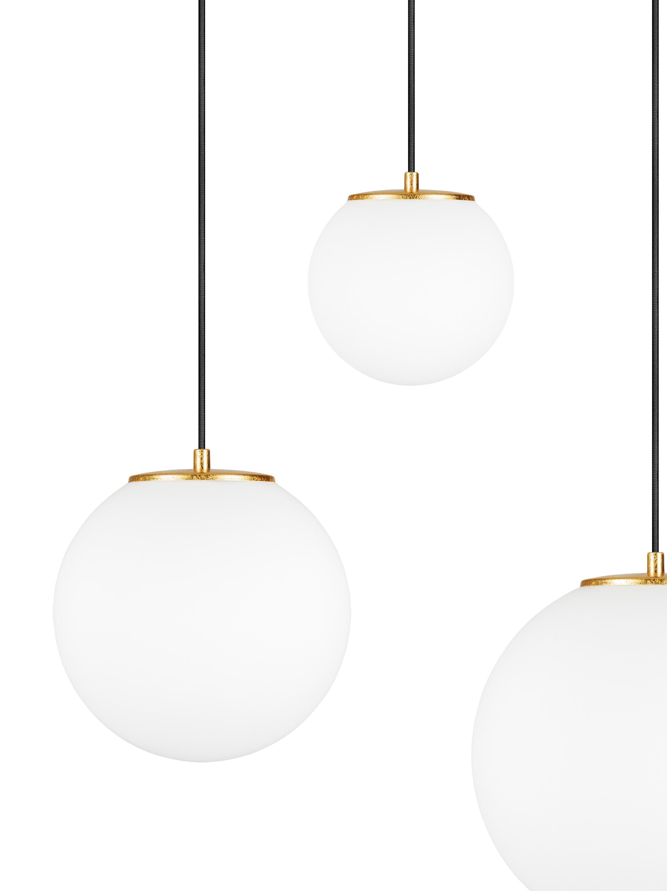 Suspension boule verre opalescent, grande taille Tsuki, Blanc opalescent, noir, couleur laitonnée