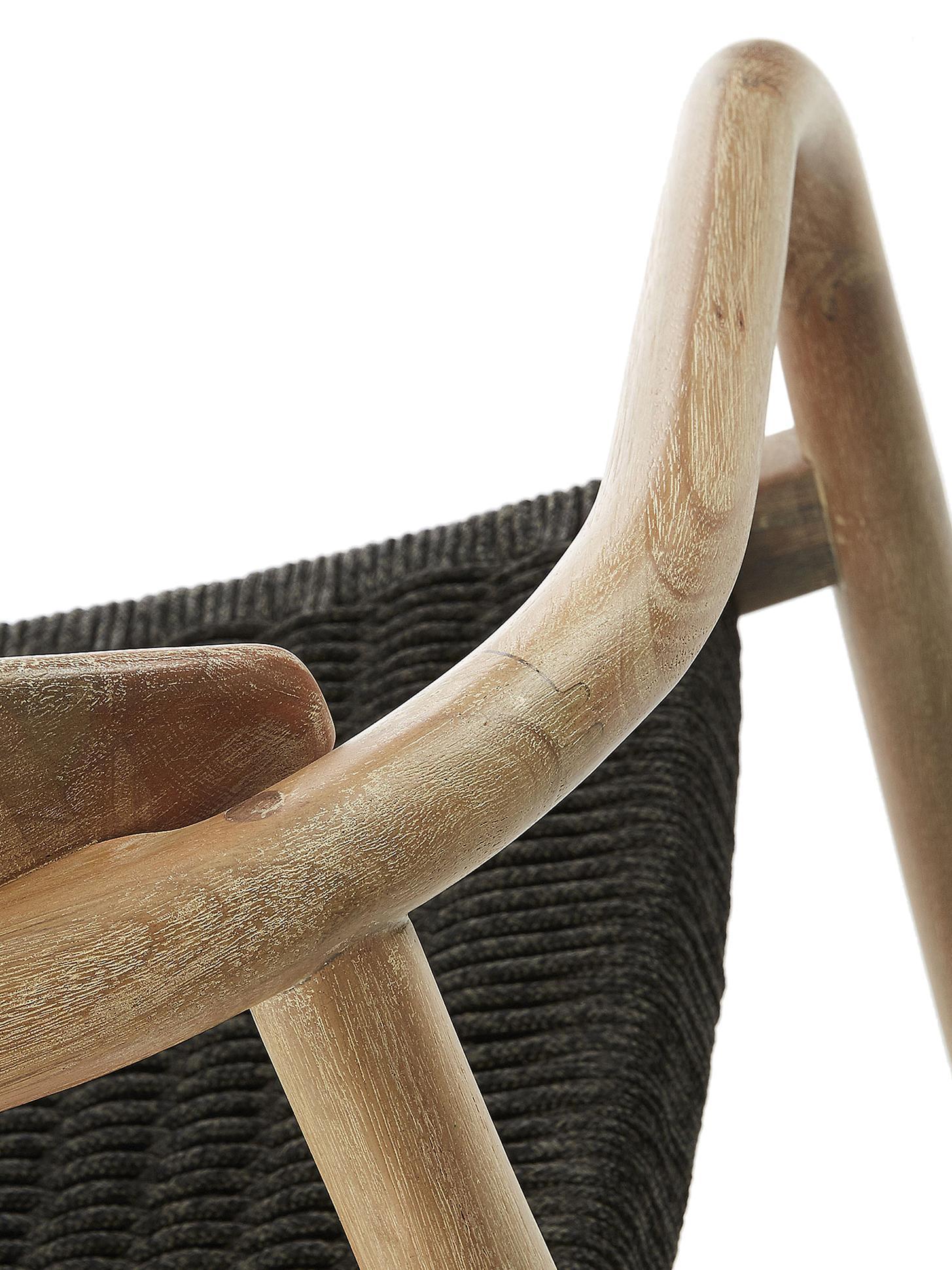 Armstoel Nina van massief hout, Frame: massief eucalyptushout, Zitvlak: polyester, UV-bestendig, Bruin, donkergrijs, B 56 x D 53 cm