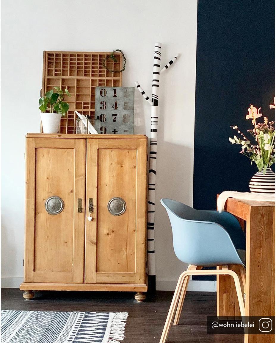 Kunststoff-Armlehnstuhl Claire mit Holzbeinen, Sitzschale: Kunststoff, Beine: Buchenholz, Kunststoff Blau, B 54 x T 60 cm