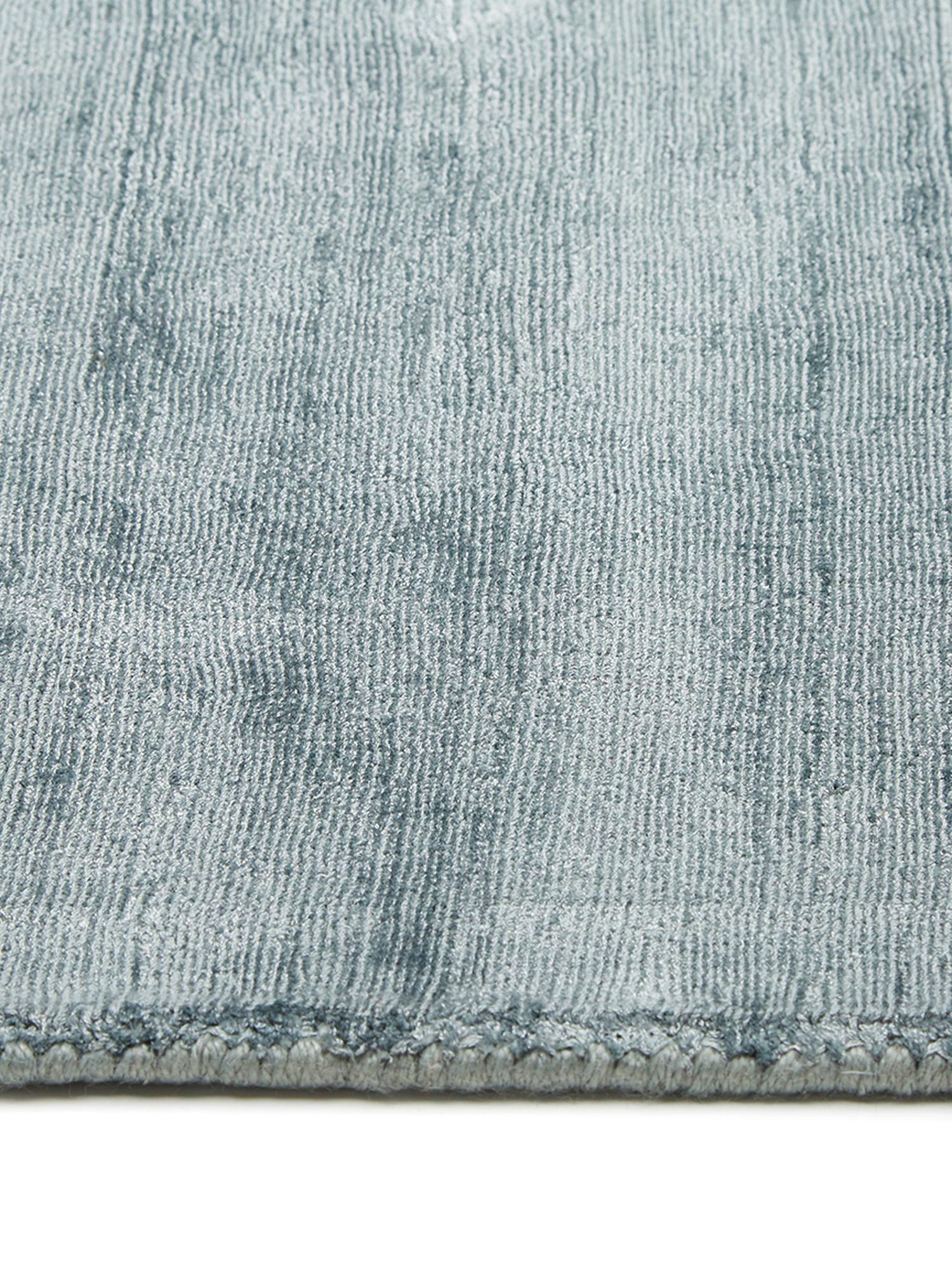 Handgeweven viscose vloerkleed Jane in ijsblauw, Bovenzijde: 100% viscose, Onderzijde: 100% katoen, IJsblauw, B 160 x L 230 cm (maat M)