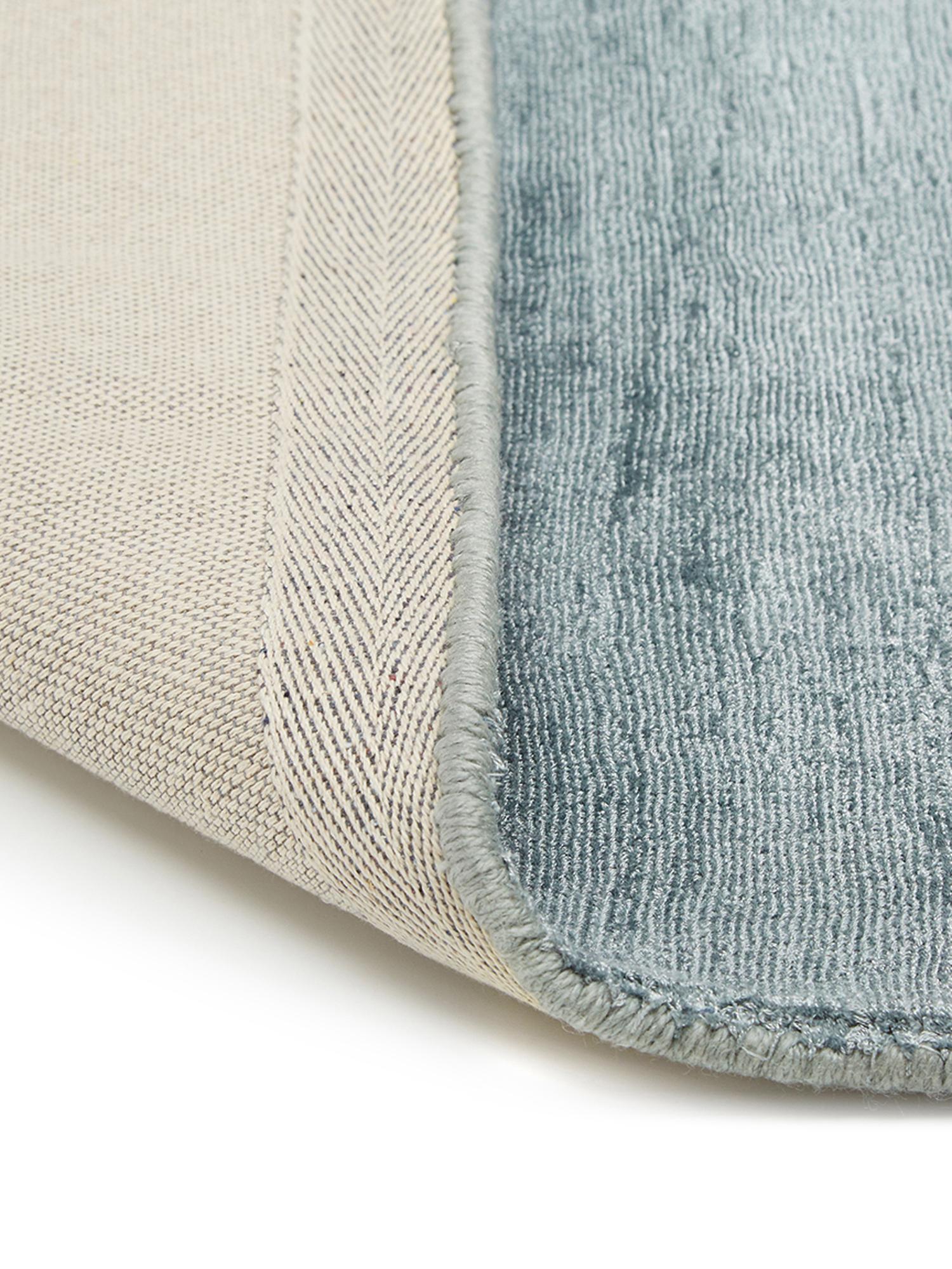 Alfombra artesanal de viscosa Jane, Parte superior: 100%viscosa, Reverso: 100%algodón, Azul hielo, An 160 x L 230 cm (Tamaño M)