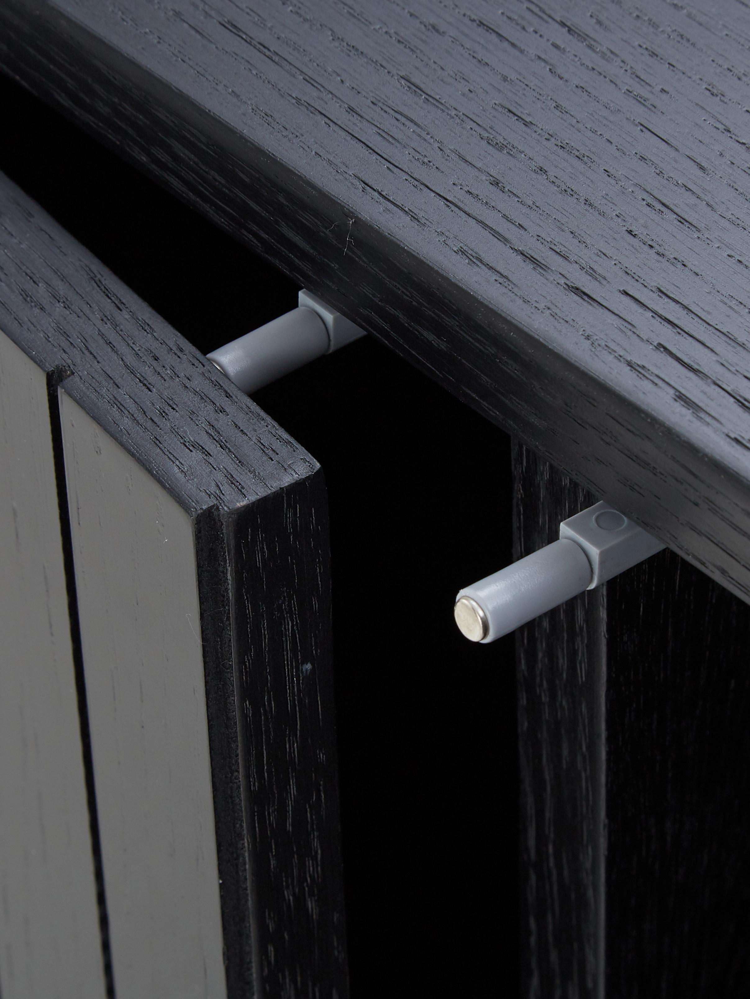 Modern dressoir Johan, Frame: MDF met eikenhoutfineer, , Poten: gepoedercoat metaal, Frame: eikenhoutkleurig. Poten: mat zwart, 160 x 75 cm