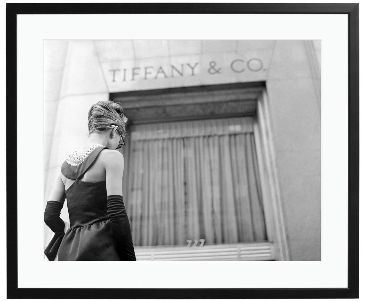 Ingelijste fotoprint Hepburn Breakfast at Tiffany's, Afbeelding: Fuji Crystal Archive-papi, Lijst: gelakt hout, Afbeelding: zwart, wit. Frame: zwart, 50 x 40 cm