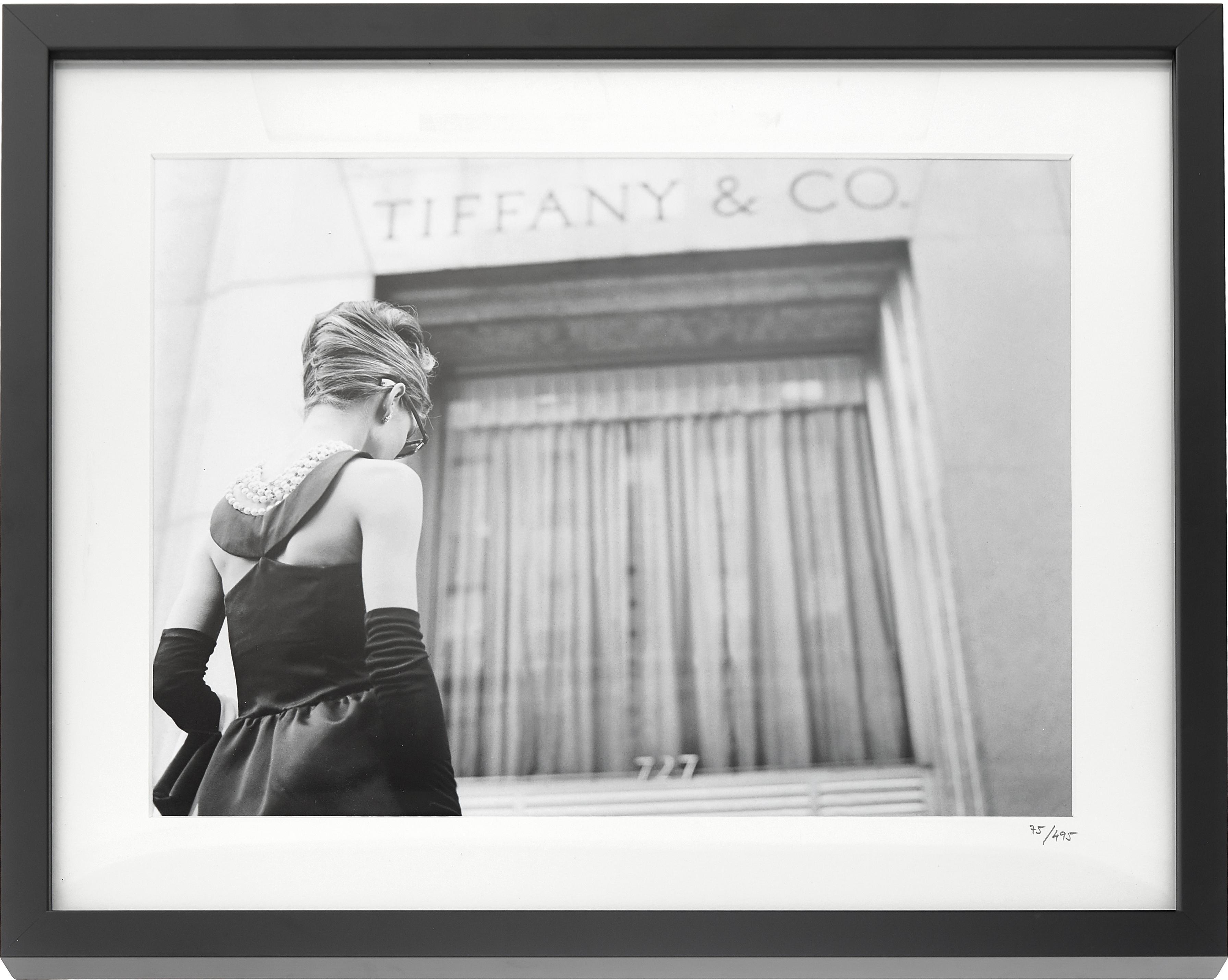 Oprawiony druk cyfrowy Hepburn Breakfast at Tiffany's, Ilustracja: czarny, biały Rama: czarny, S 50 x W 40 cm