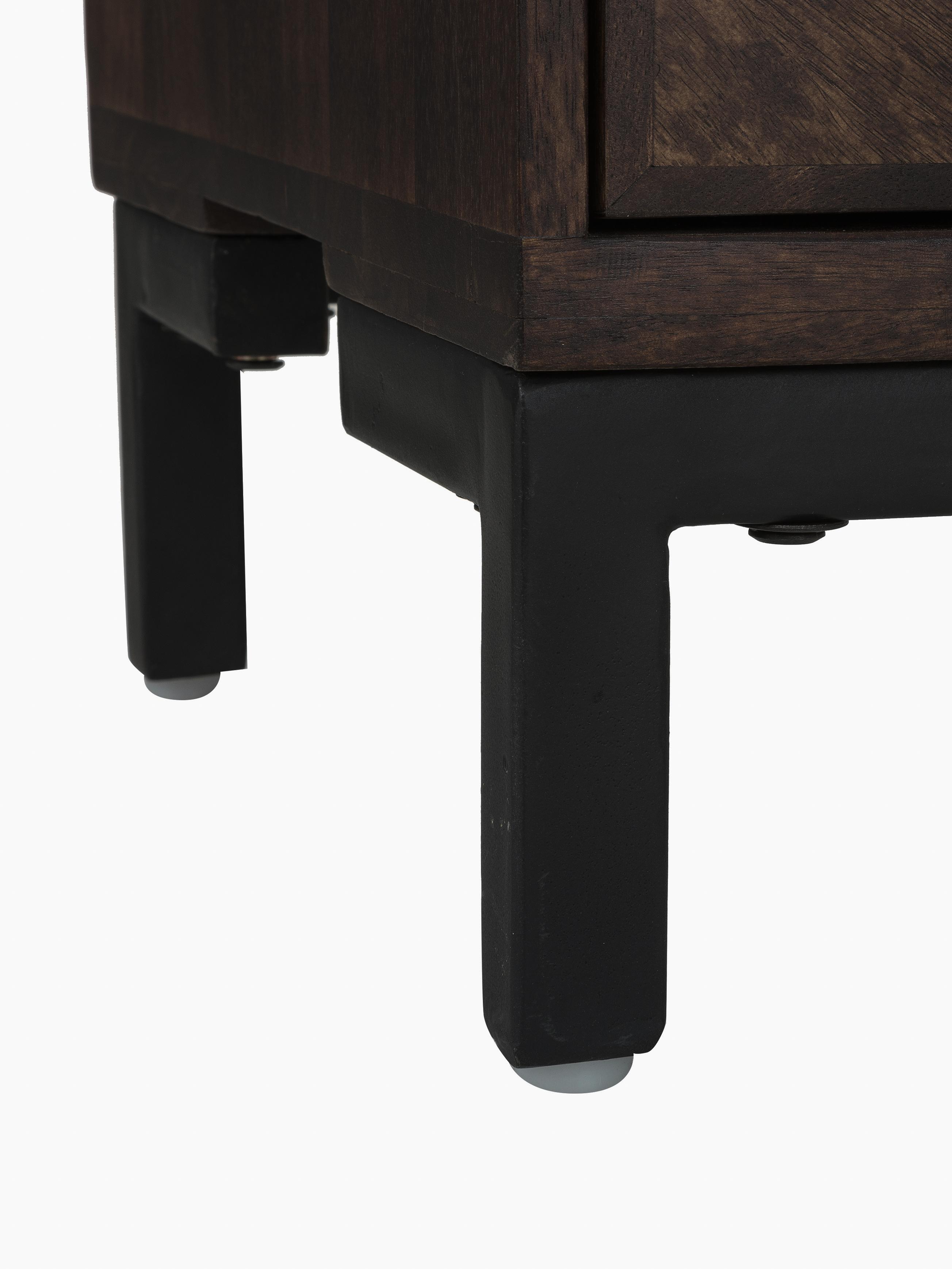Sideboard Leif aus massiven Mangoholz, Korpus: Mangoholz, massiv, lackie, Griffe: Metall, galvanisiert, Füße: Metall, pulverbeschichtet, Korpus: Mangoholz in dunklem FinishFüße: SchwarzGriffe: Metall, 177 x 75 cm