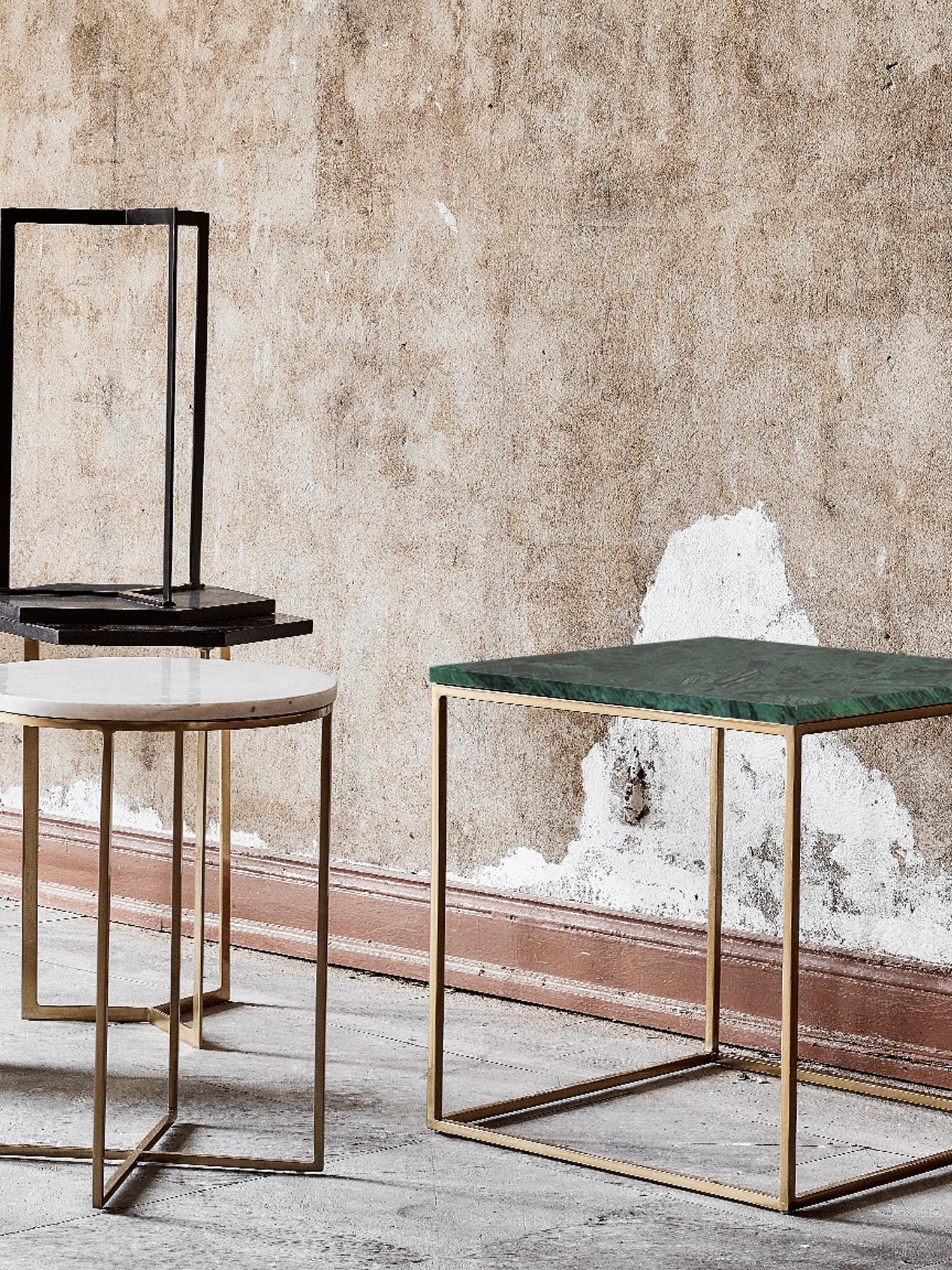 Tavolino con piano in marmo Alys, Piano d'appoggio: pietra naturale di marmo, Struttura: metallo verniciato a polv, Piano d'appoggio: marmo verde Struttura: dorato lucido, Larg. 45 x Alt. 50 cm