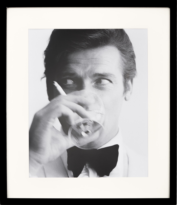 Oprawiony druk cyfrowy James Bond Drinking, 30 x 40cm, Ilustracja: czarny, biały Rama: czarny, S 53 x W 63 cm