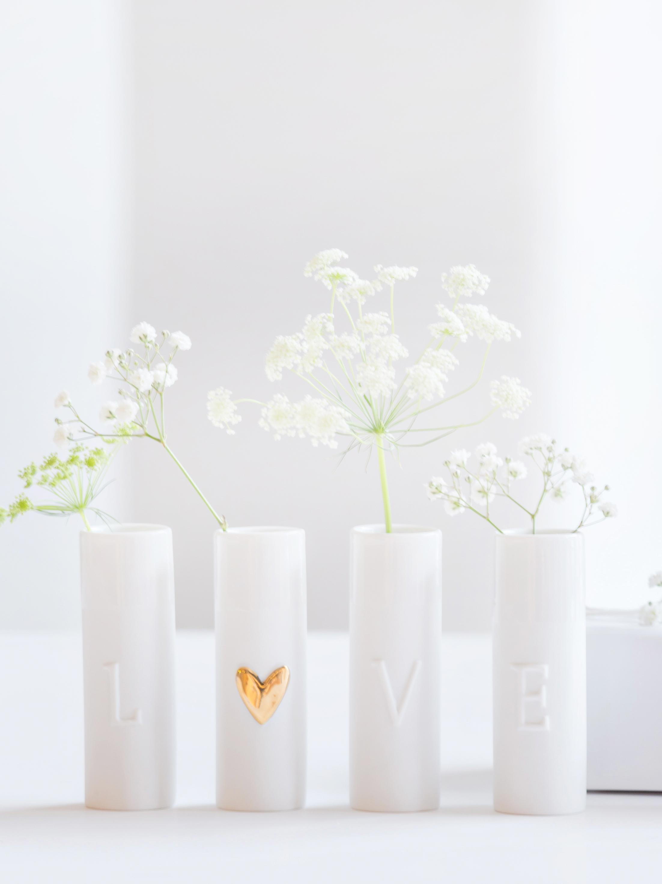 Set de jarrones pequeños de porcelana Love, 4pzas., Porcelana, Jarrones: blanco Corazón: dorado, Ø 3 x Al 9 cm