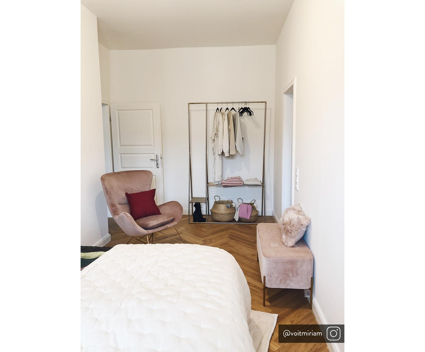 Fotel bujany  z aksamitu Wing, Tapicerka: aksamit (poliester) 1500, Stelaż: metal galwanizowany, Aksamitny blady różowy, S 77 x G 96 cm