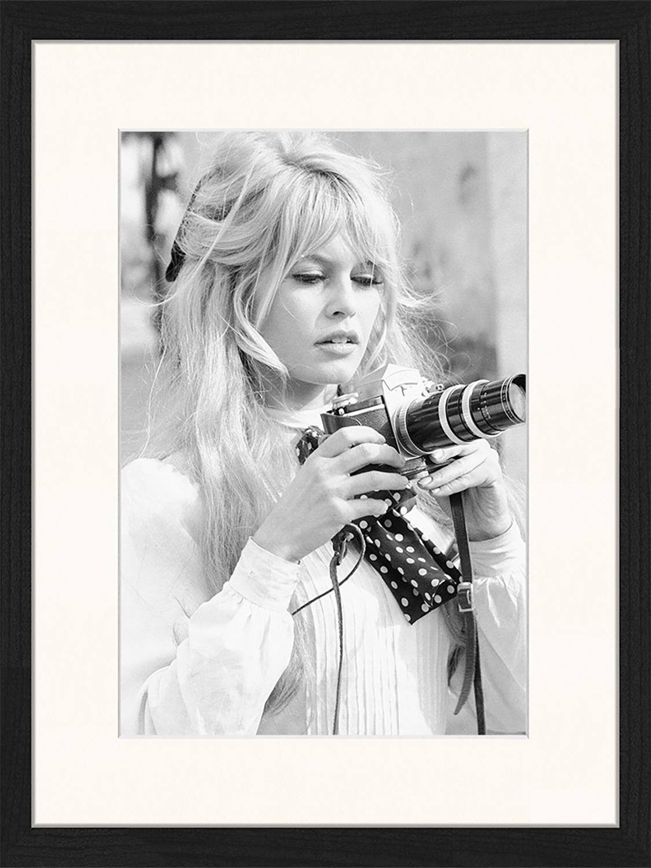 Stampa digitale incorniciata Brigitte With Her Camera, Immagine: stampa digitale su carta,, Cornice: legno, verniciato, Nero, bianco, Larg. 33 x Alt. 43 cm