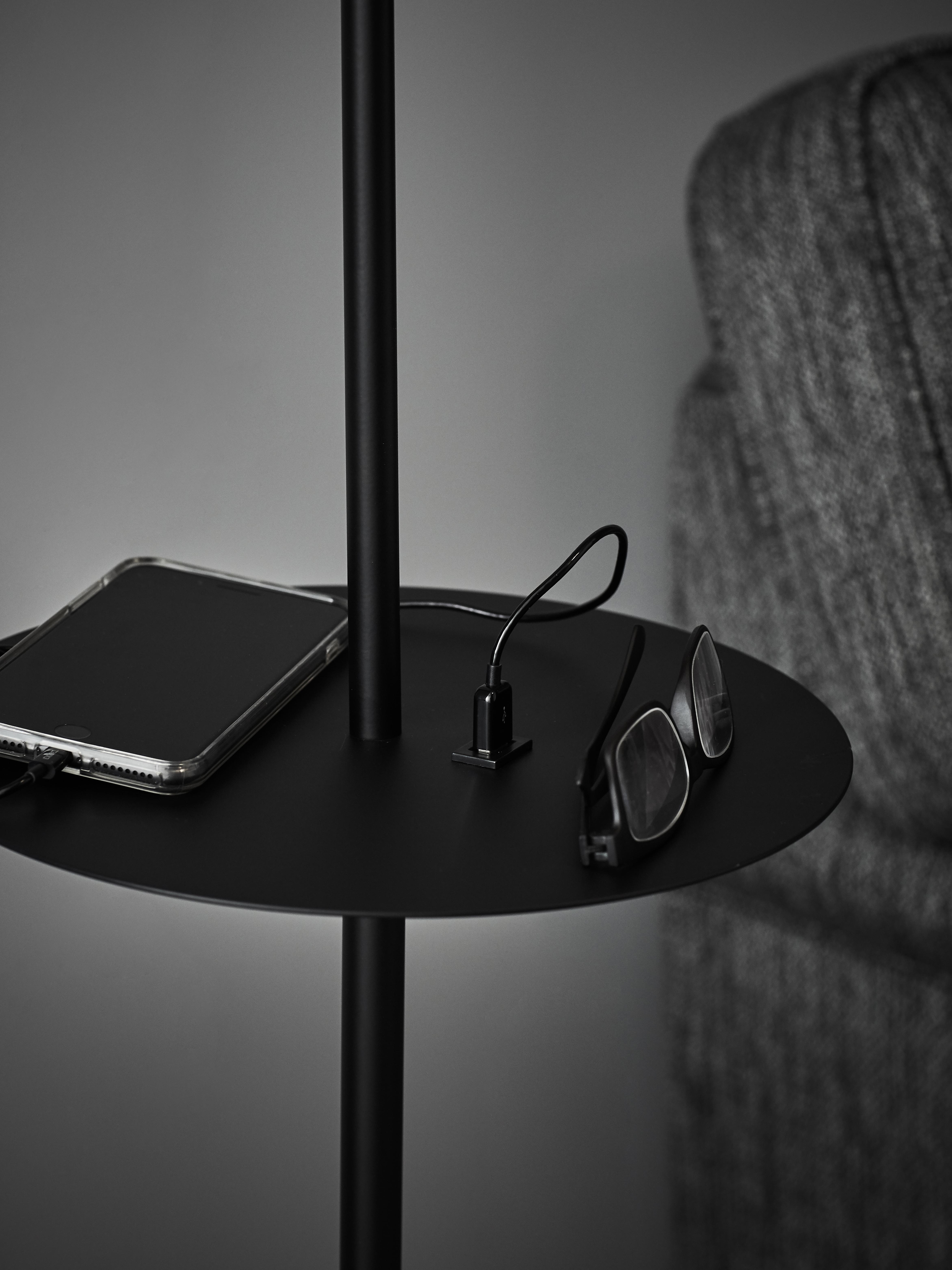Leeslamp Linear met plank en USB aansluiting, Lamp: gecoat metaal, Zwart, 28 x 144 cm