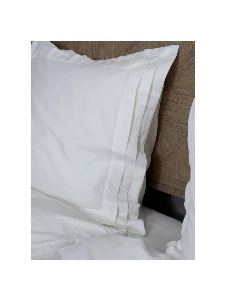 Gewaschene Leinen-Bettwäsche Helena in Weiß mit Stehsaum, Halbleinen (52% Leinen, 48% Baumwolle)  Fadendichte 136 TC, Standard Qualität  Halbleinen hat von Natur aus einen kernigen Griff und einen natürlichen Knitterlook, der durch den Stonewash-Effekt verstärkt wird. Es absorbiert bis zu 35% Luftfeuchtigkeit, trocknet sehr schnell und wirkt in Sommernächten angenehm kühlend. Die hohe Reißfestigkeit macht Halbleinen scheuerfest und strapazierfähig., Weiß, 240 x 220 cm + 2 Kissen 80 x 80 cm