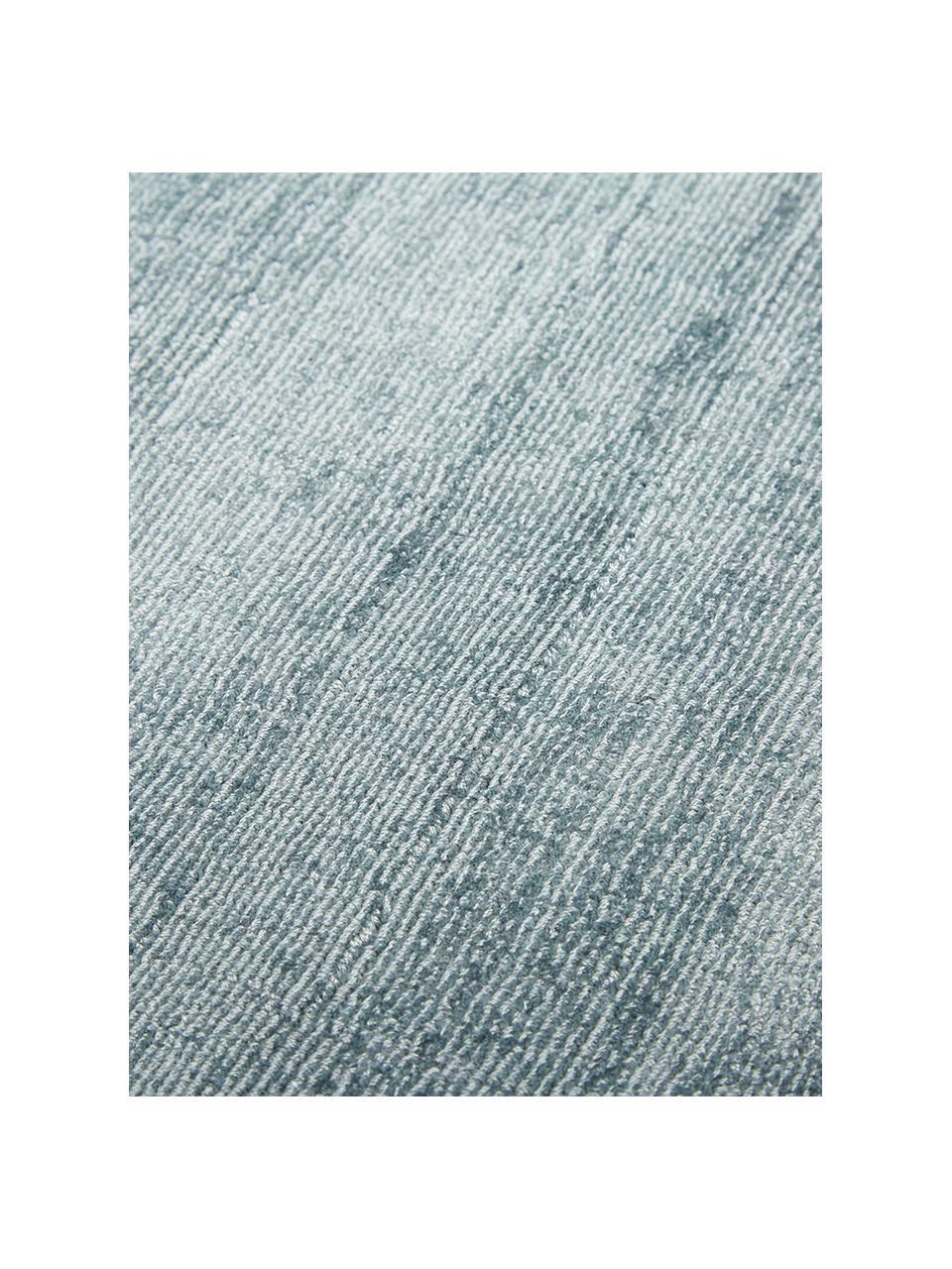 Handgeweven viscose vloerkleed Jane in ijsblauw, Bovenzijde: 100% viscose, Onderzijde: 100% katoen, IJsblauw, B 200 x L 300 cm (maat L)