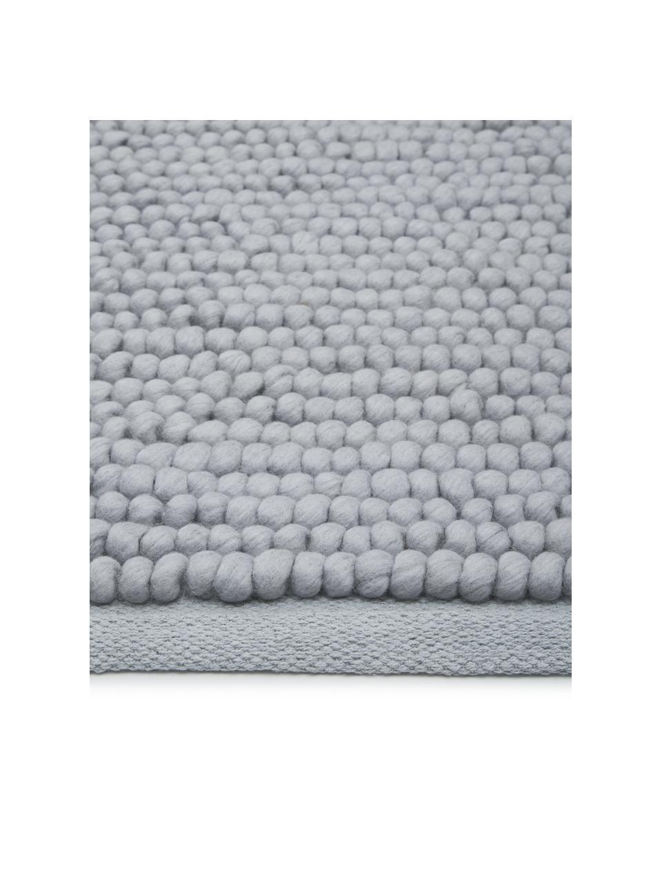 Wollen vloerkleed Pebble in lichtgrijs, 80% Nieuw-Zeelandse wol, 20% nylon Bij wollen vloerkleden kunnen vezels loskomen in de eerste weken van gebruik, dit neemt af door dagelijks gebruik en pluizen wordt verminderd., Grijs, B 120 x L 180 cm (maat S)