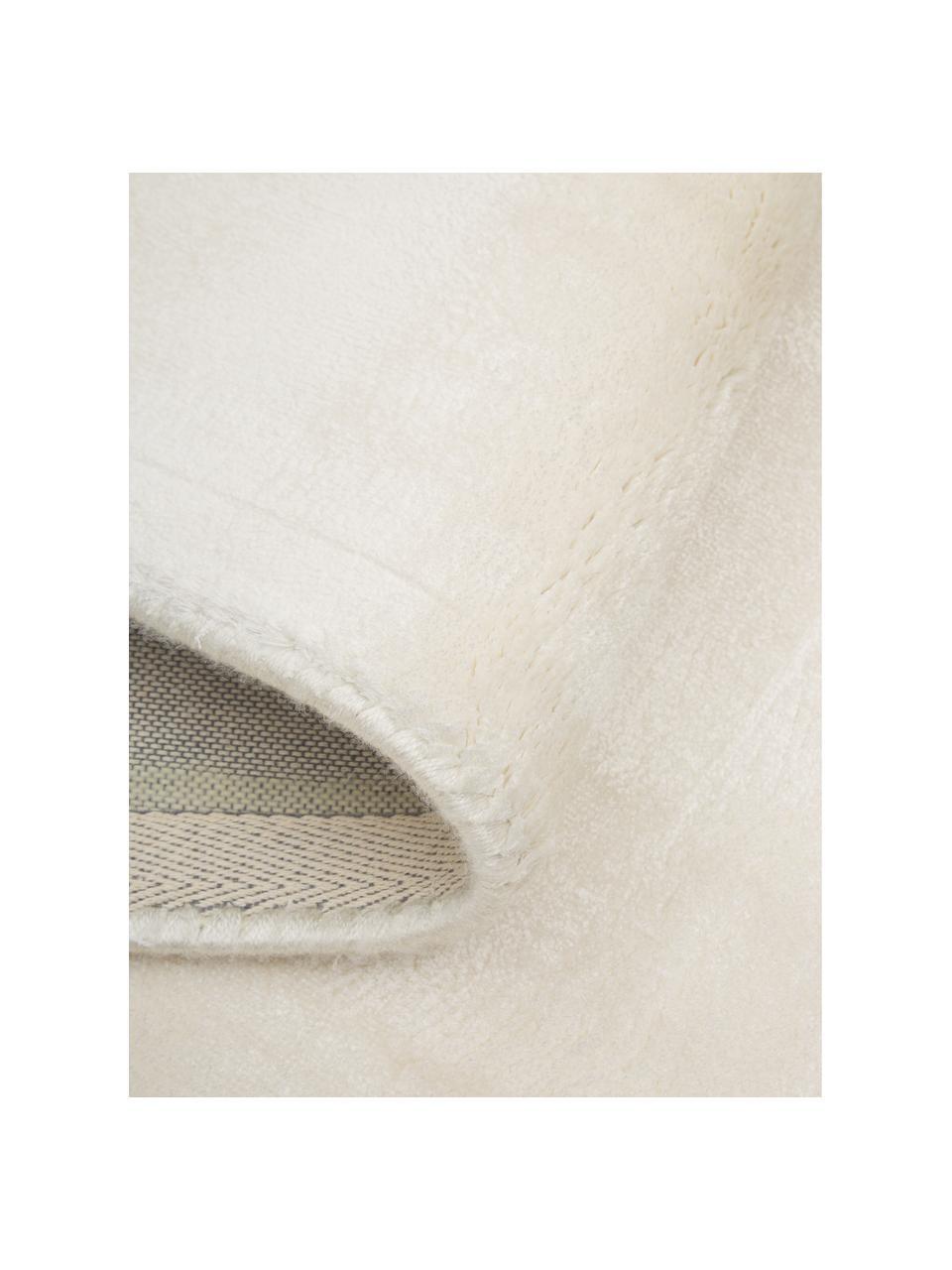 Glanzend viscose vloerkleed Grace in premium kwaliteit, extra zacht, Bovenzijde: 100% viscose, Onderzijde: 100% polyester, Crèmewit, B 80 x L 150 cm (maat XS)