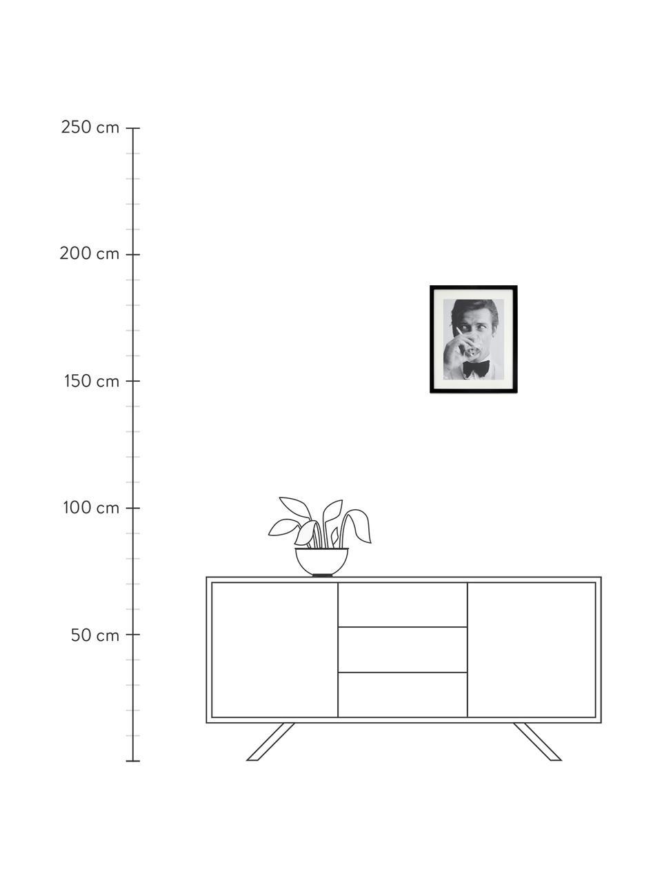Ingelijste digitale print James Bond Drinking, Afbeelding: digitale print op papier,, Lijst: gelakt hout, Afbeelding: zwart, wit. Lijst: zwart, 33 x 43 cm