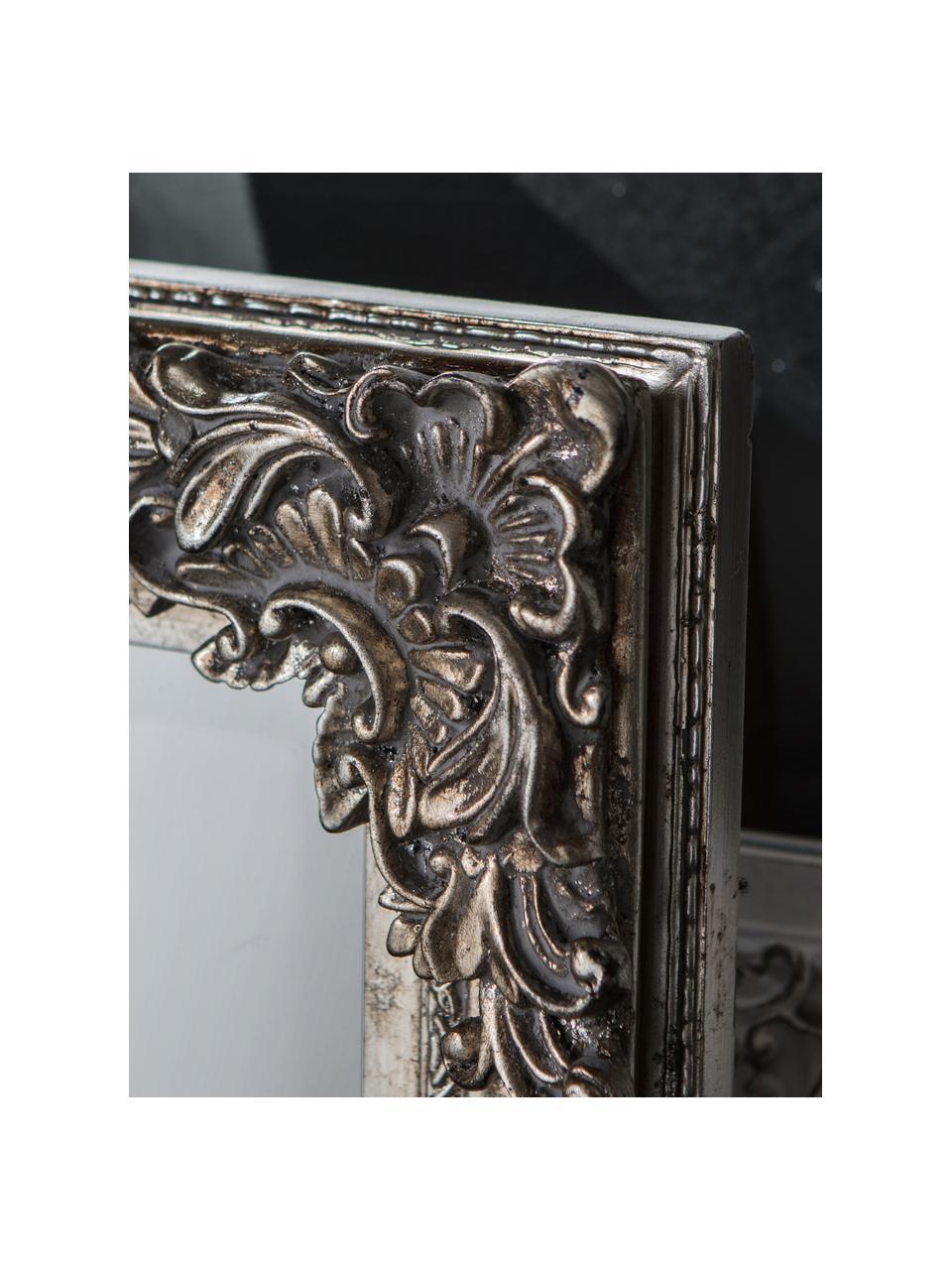 Eckiger Wandspiegel Fiennes mit silbernem Holzrahmen, Rahmen: Holz, lackiert, Spiegelfläche: Spiegelglas, Silberfarben, 70 x 103 cm
