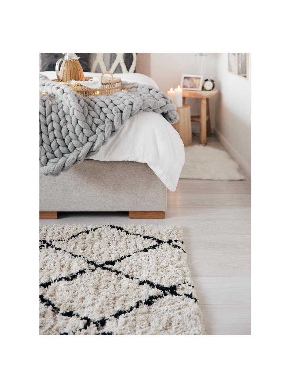 Načechraný koberec s vysokým vlasem Naima, ručně všívaný, Béžová, černá